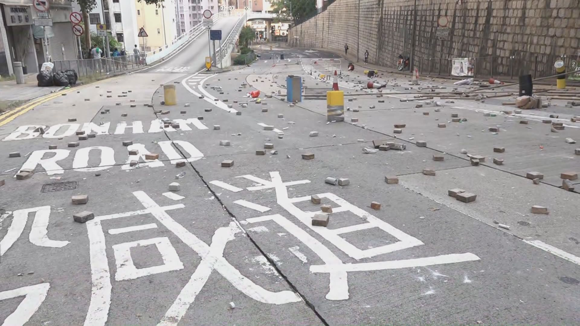 港大外薄扶林道大量雜物堆塞交通受阻
