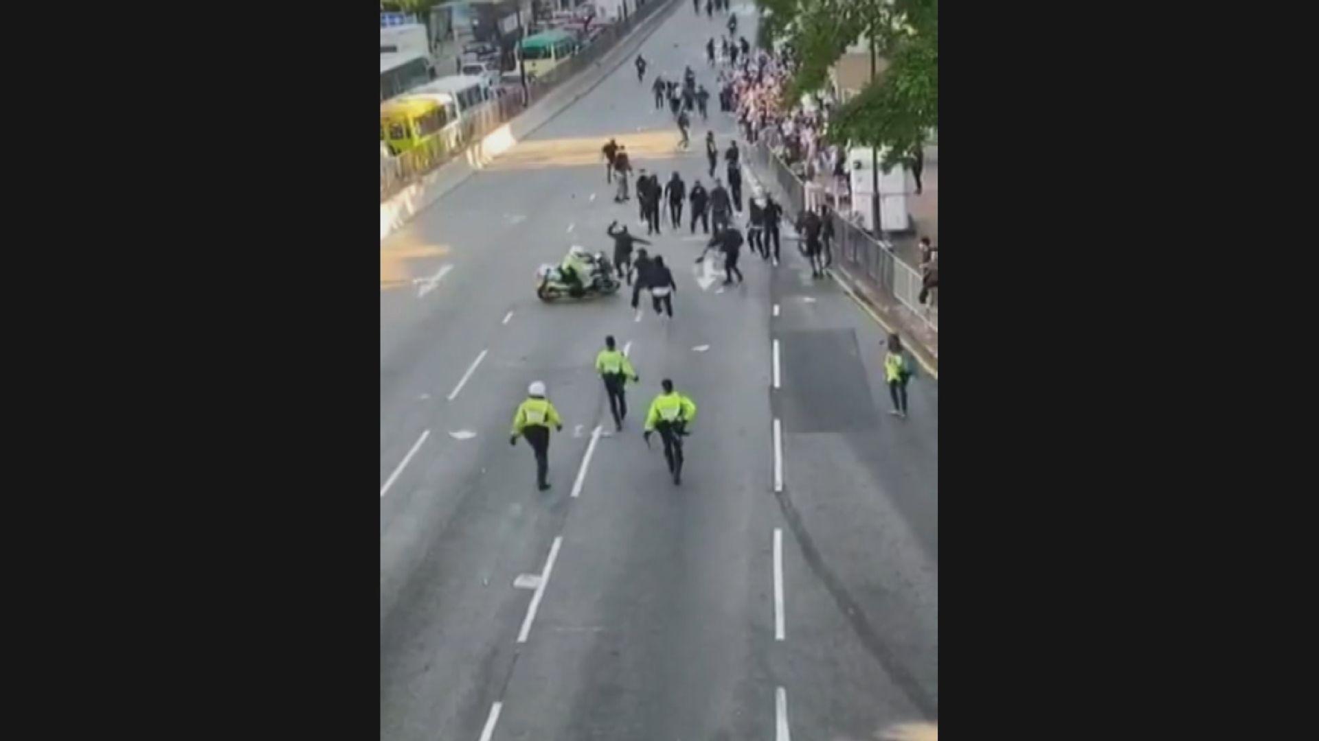 葵芳有交通警員駕駛電單車衝向人群