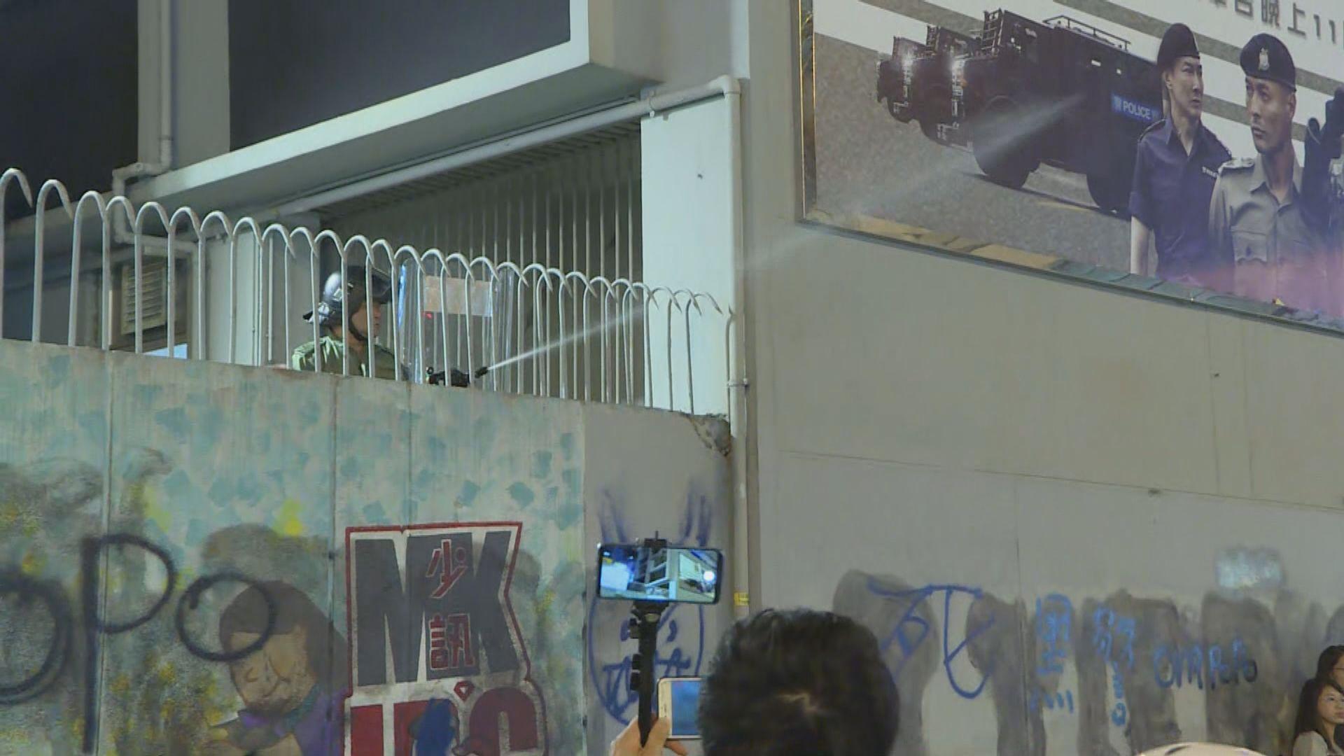 市民旺角警署外聚集 警方使用胡椒水劑驅散