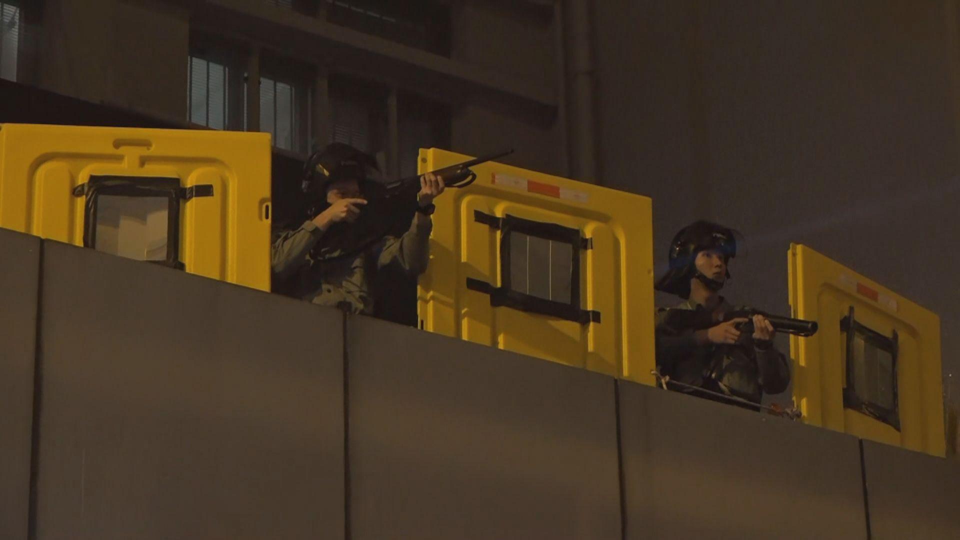 警方發射布袋彈驅散旺角警署外聚集市民