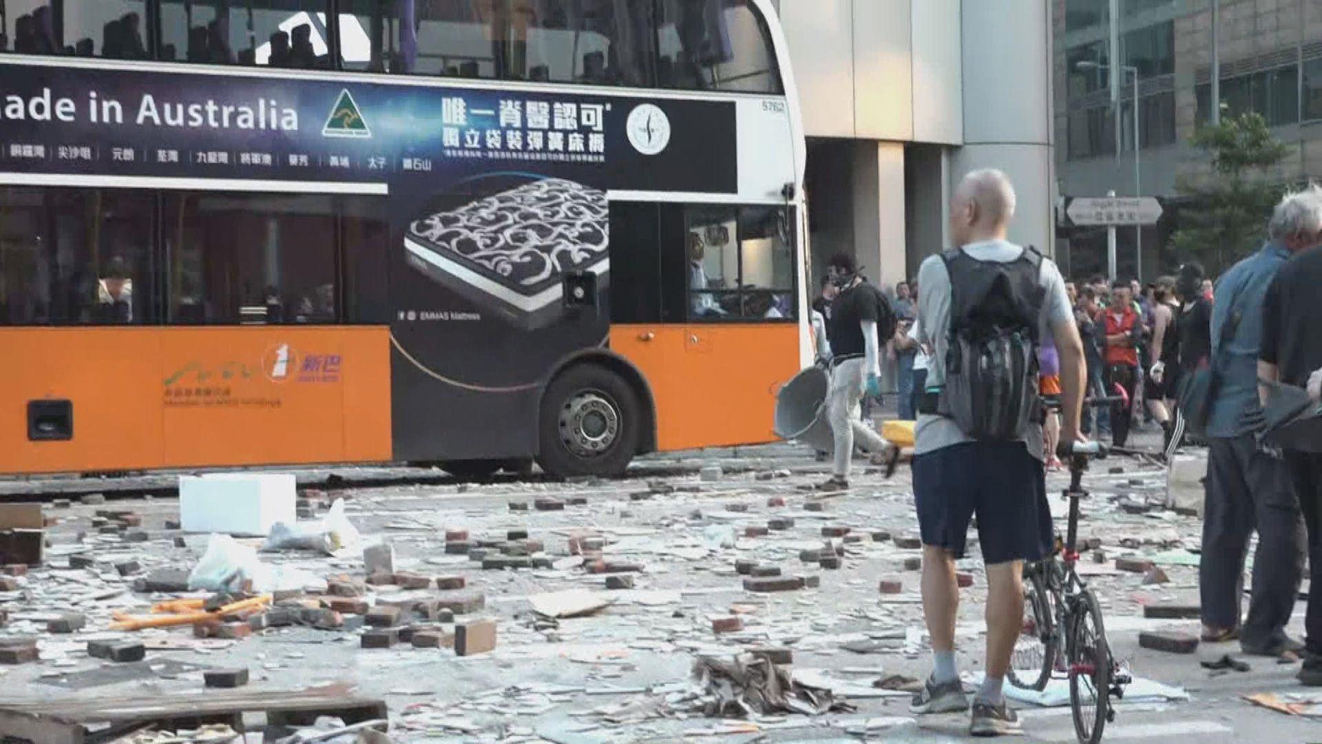 旺角有示威者塗污巴士擋風玻璃及替車胎放氣