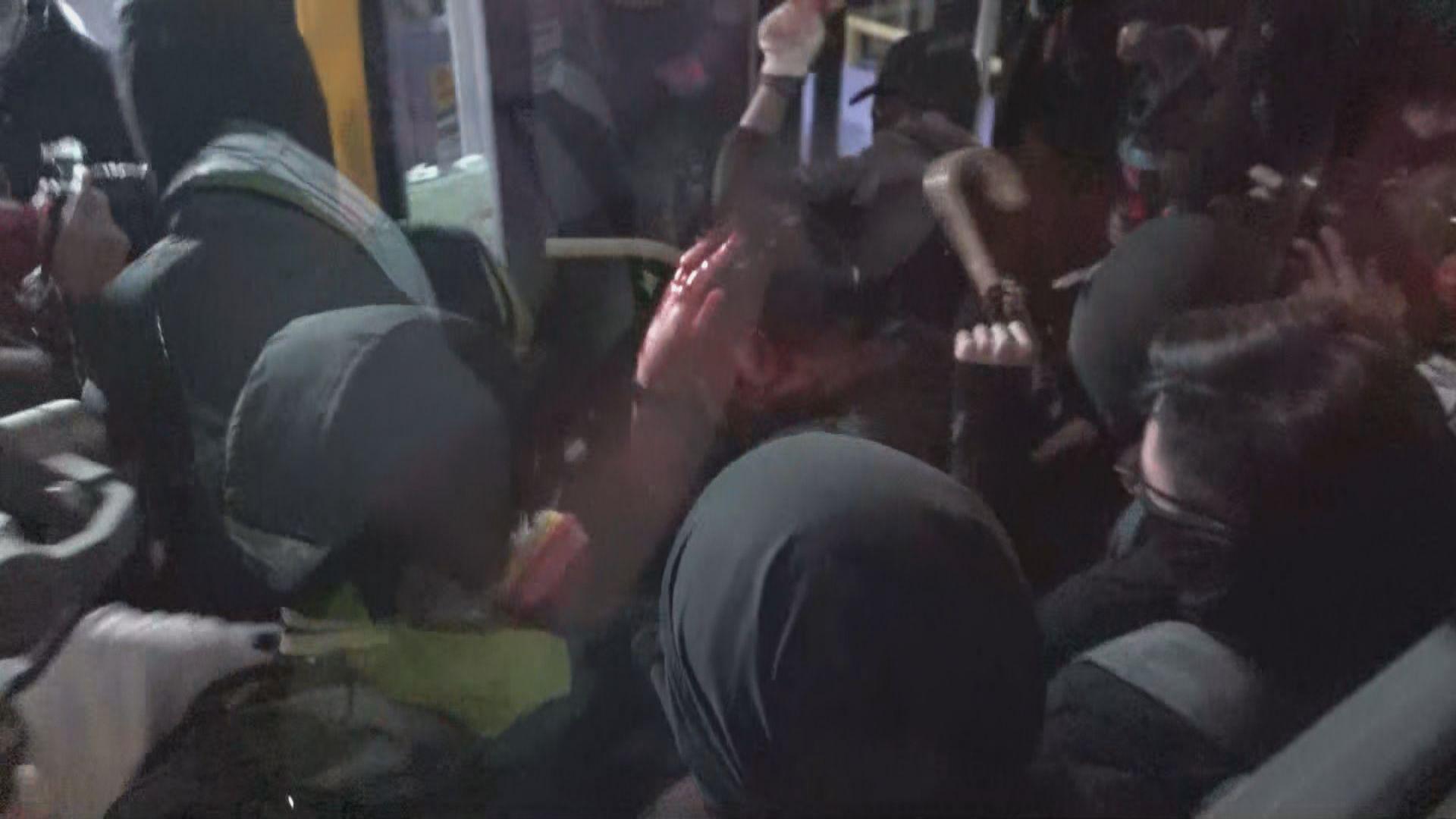 旺角一名男子疑拍攝示威者被圍毆