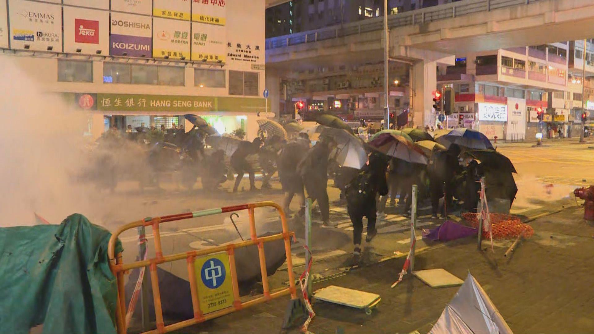示威者向旺角警署推進 警施放催淚彈驅散