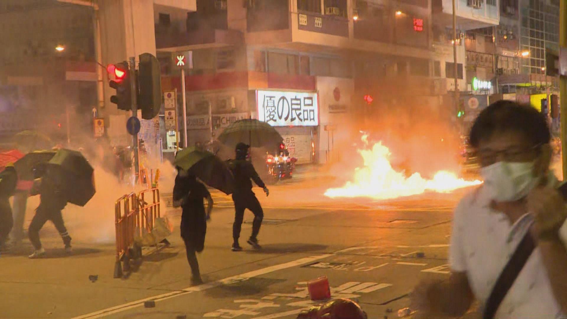 示威者與警方在旺角警署外對峙