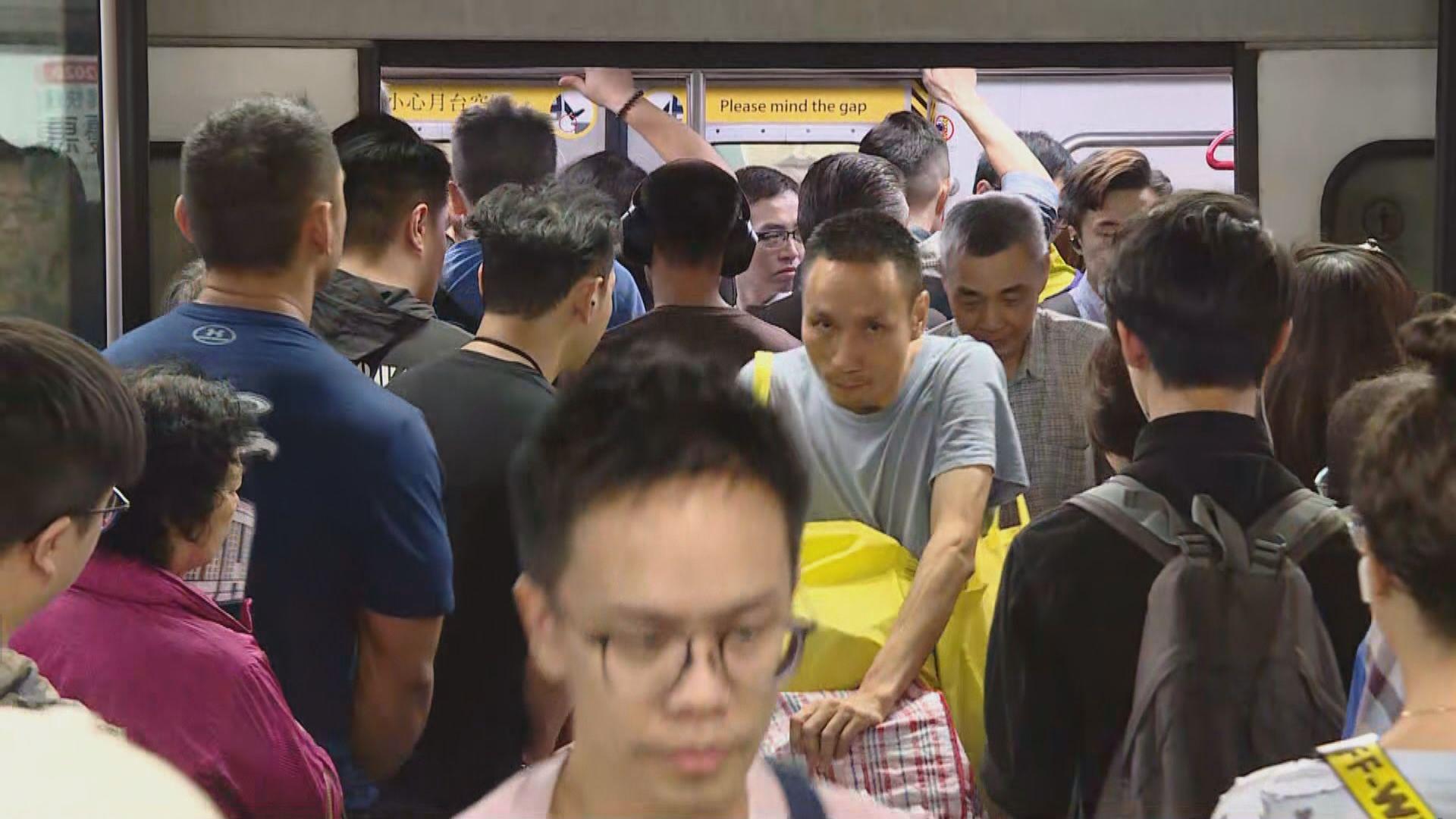 油麻地站往中環方向站滿候車市民