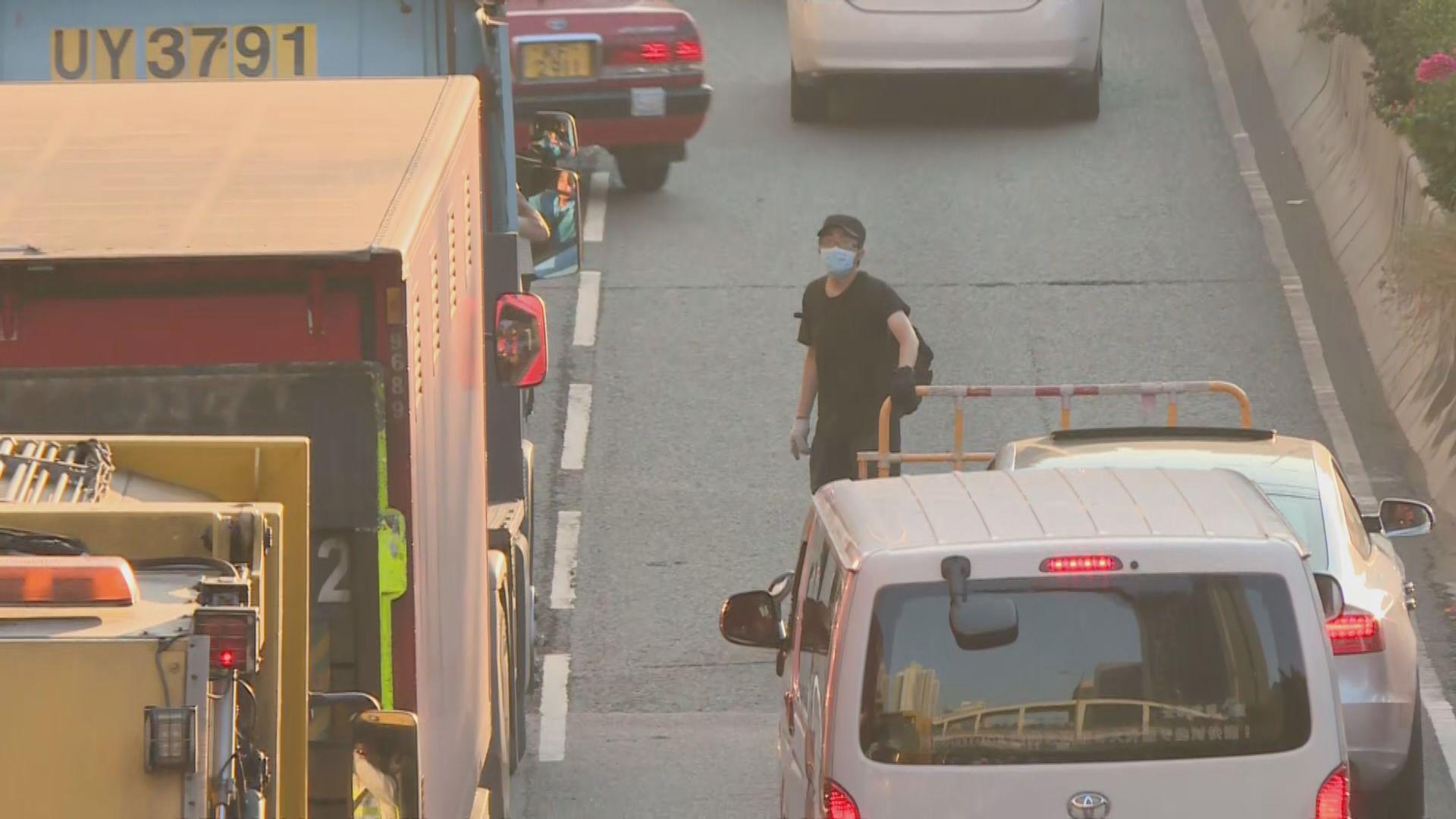 示威者在全港多區快閃堵路癱瘓交通