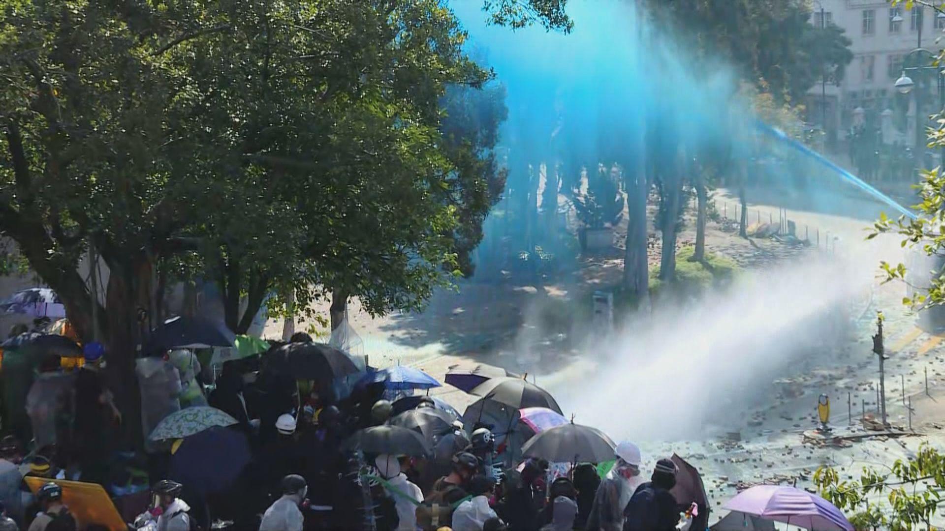 警方出動水炮車射藍色水驅散理大一帶示威者