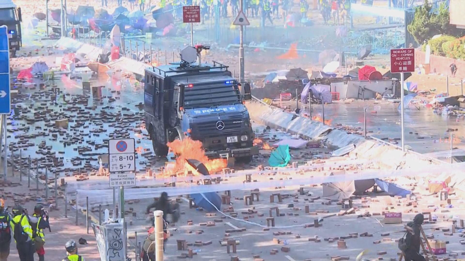 示威者用汽油彈弓箭大型彈叉作武器