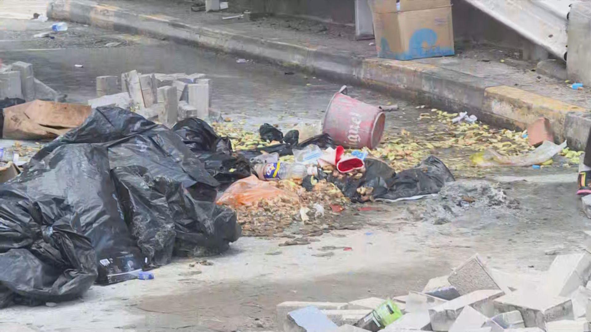 理大附近仍有人堵路 路上有棄置廚餘垃圾