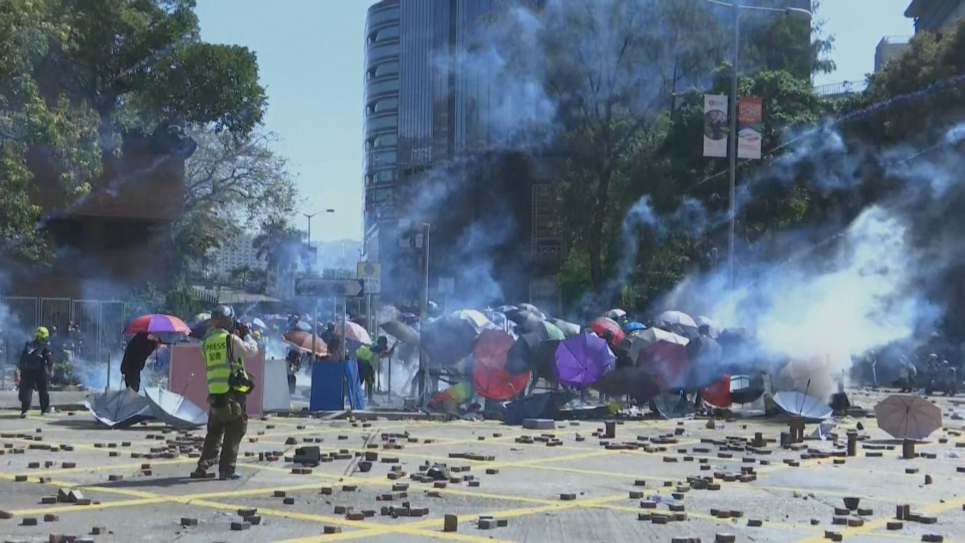 理大外再爆衝突 示威者向警擲汽油彈