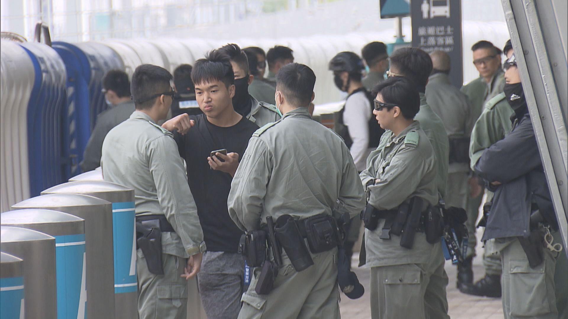 警員西九站外截查途人 一人被帶走
