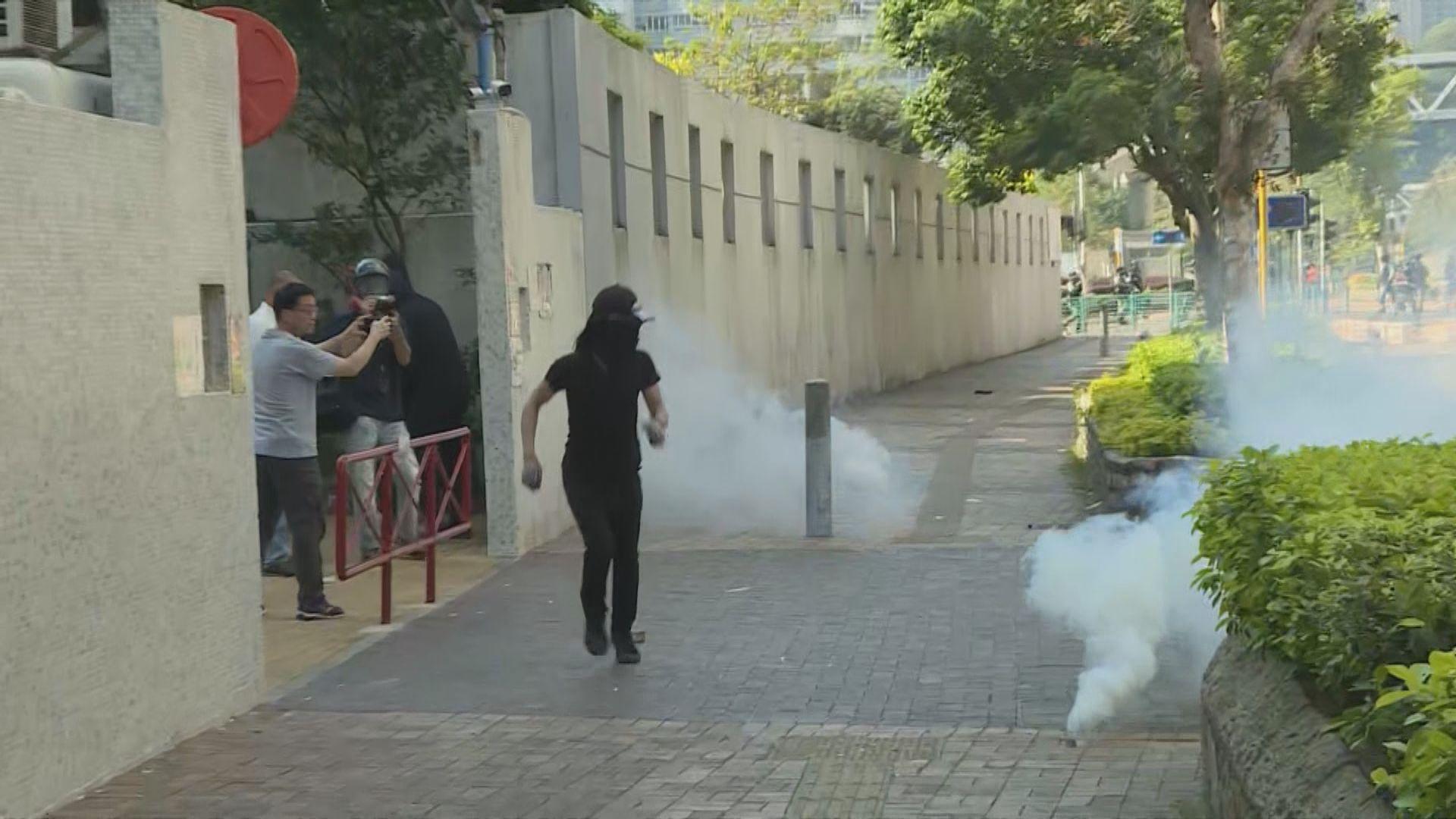 示威者多區堵路 防暴警施放催淚彈驅散