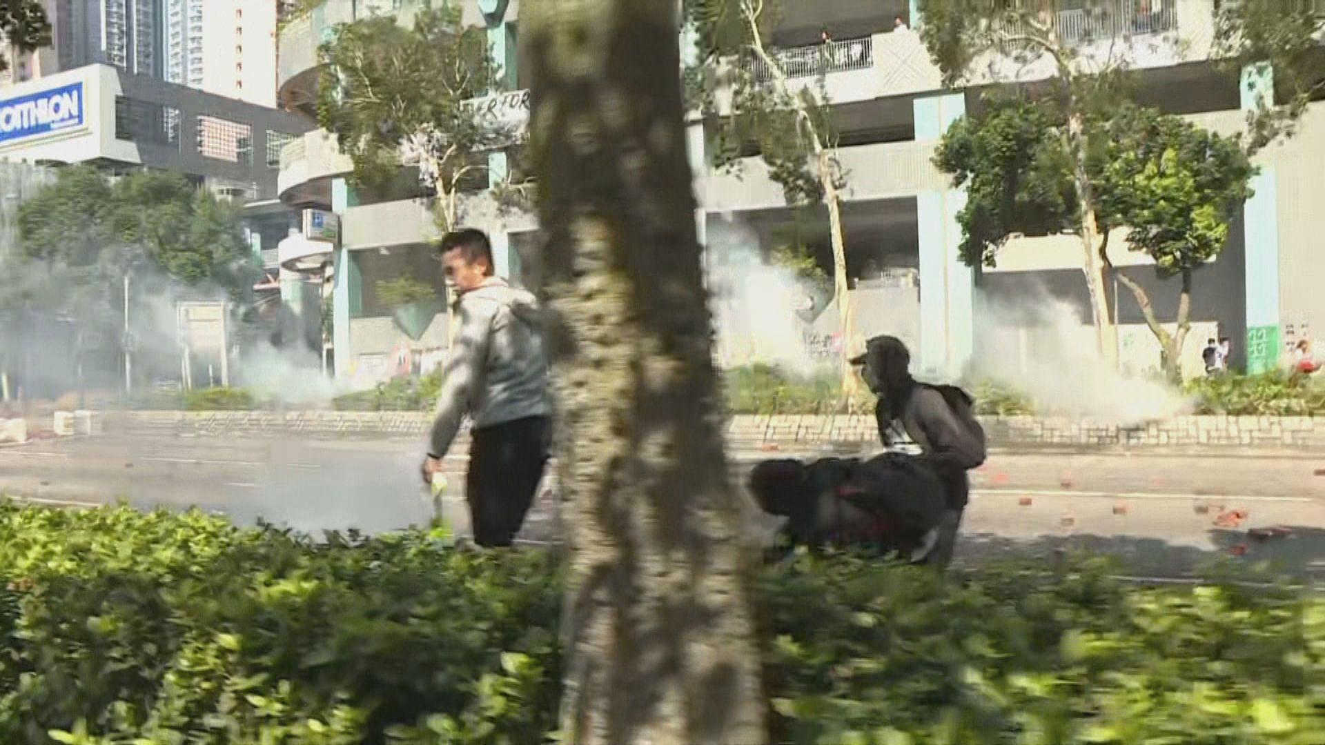 將軍澳多處堵路 警方施放催淚彈驅散
