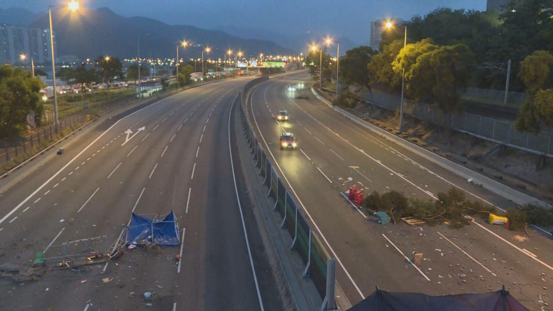 中大示威者重開吐露港公路南北行各一線