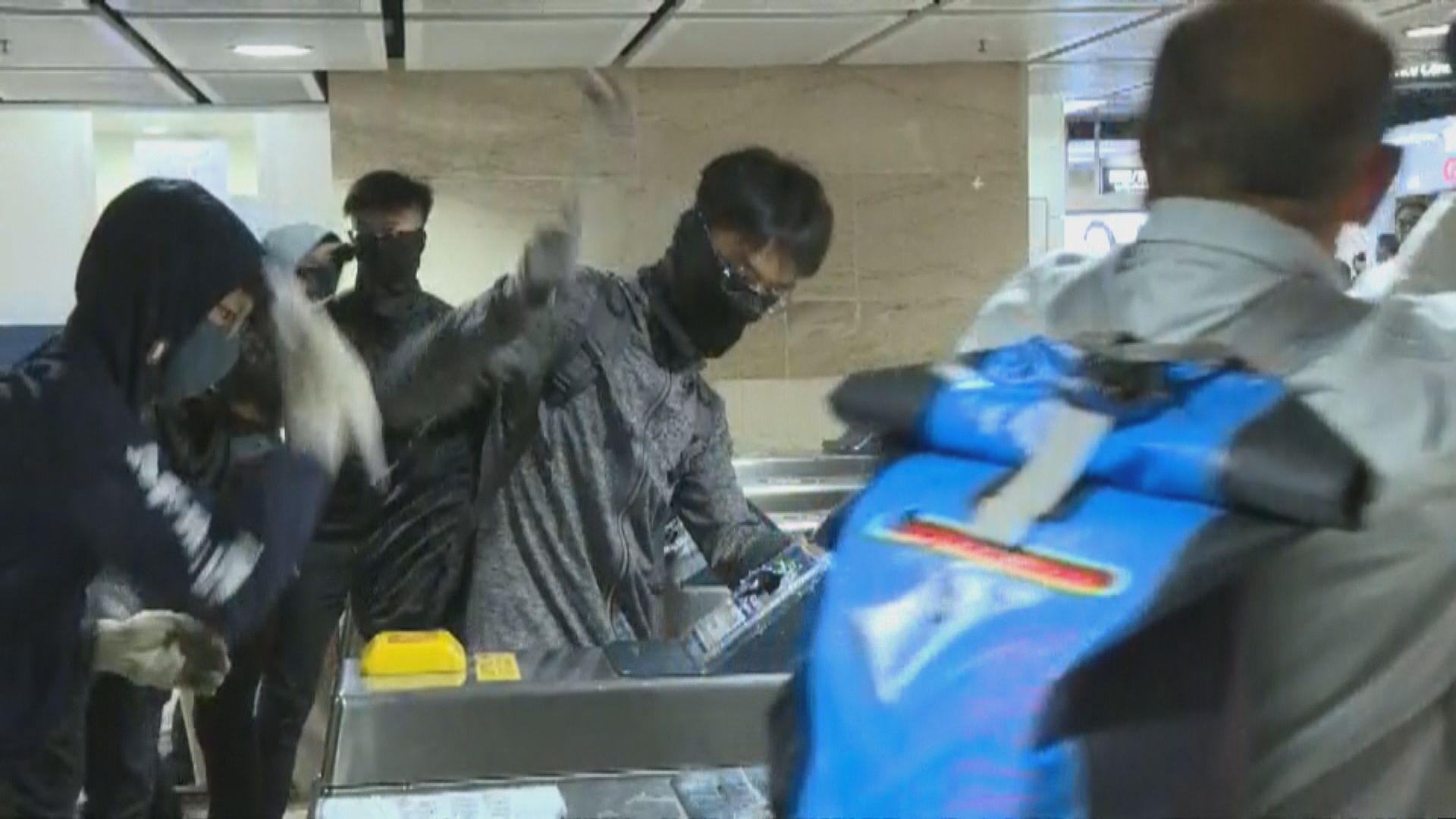 示威者快閃破壞沙田站 最少6人被補