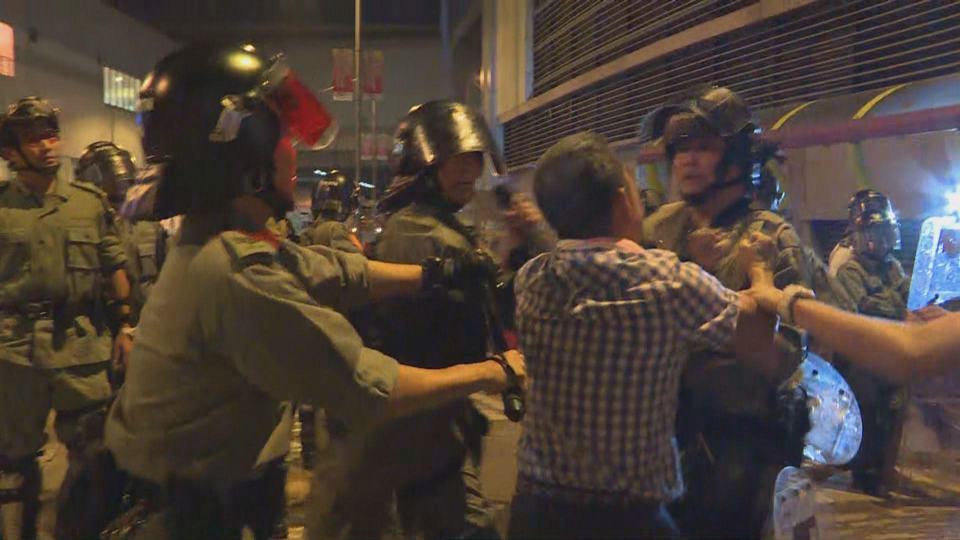 示威者杯渡路堵路 防暴警出動驅散