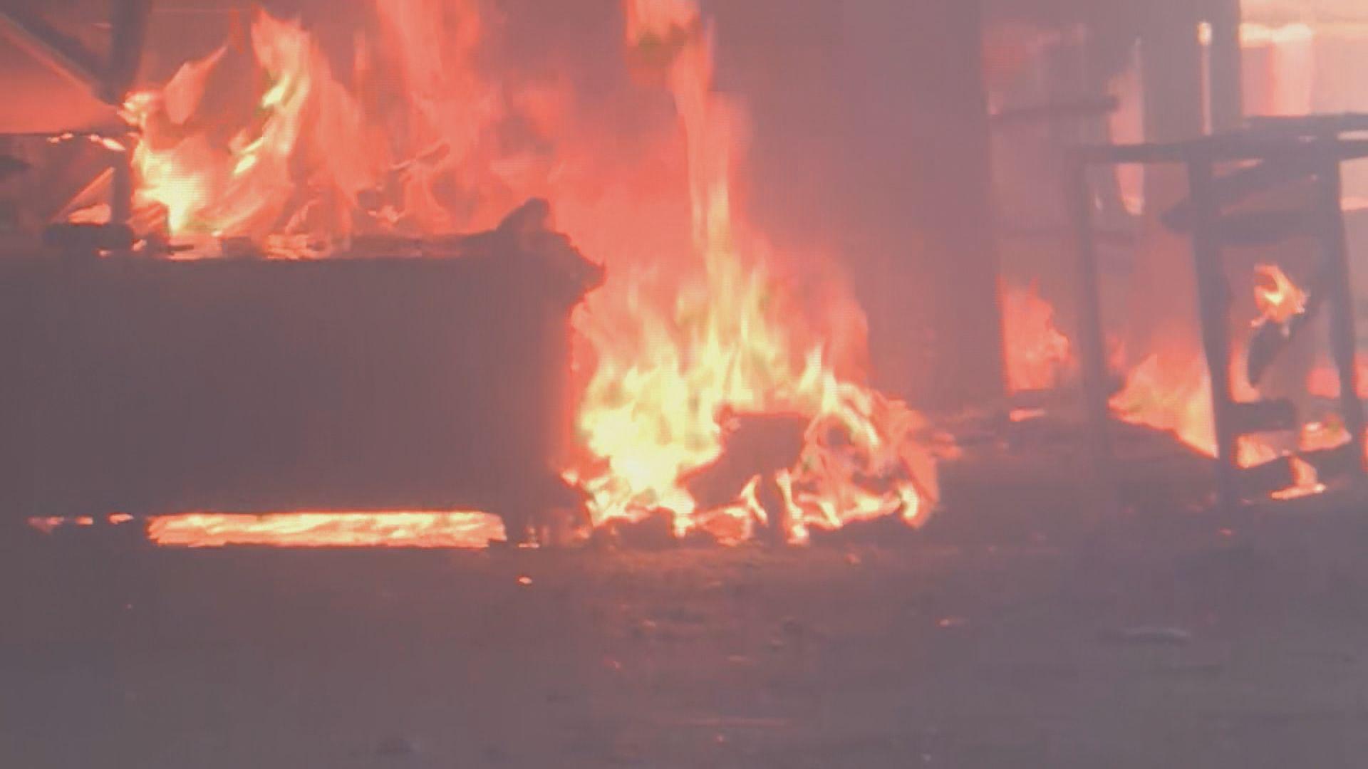 理大有示威者縱火焚燒雜物 警一度進內驅散