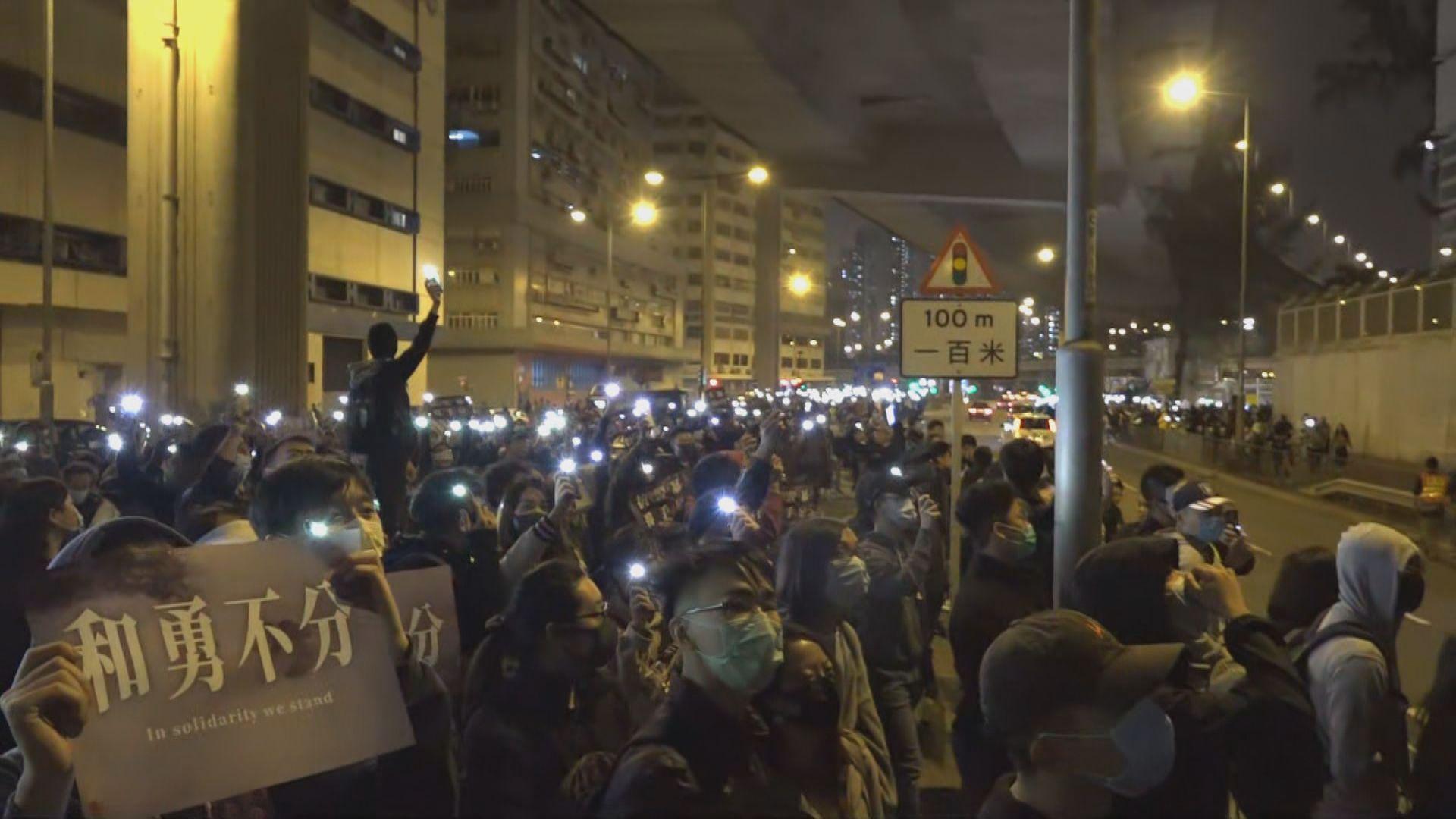 數百人在荔枝角收押所外集會支持被捕人士