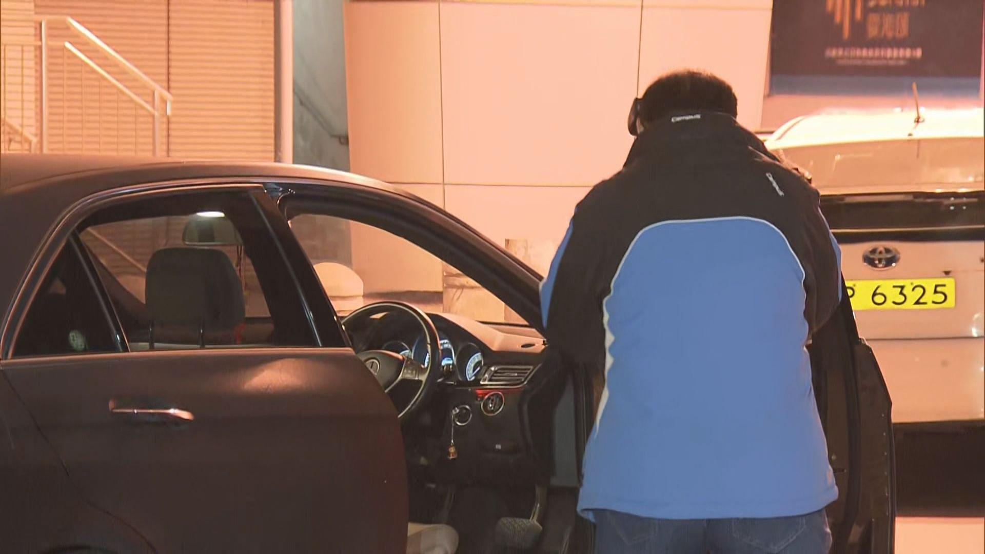 警方紅磡截可疑私家車擎槍制服兩漢搜出武器