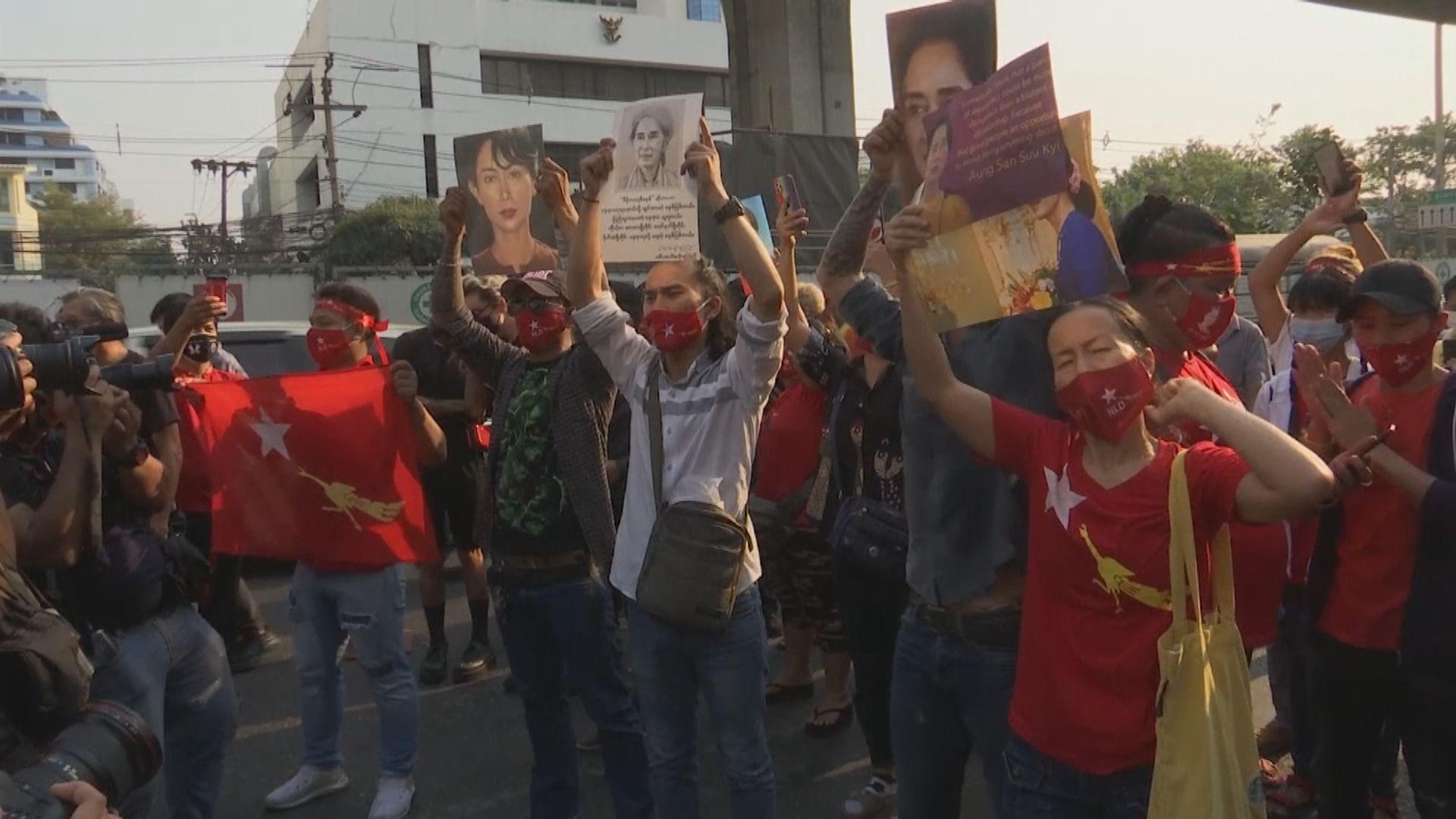 緬甸駐曼谷大使館外示威演變衝突 有人被捕