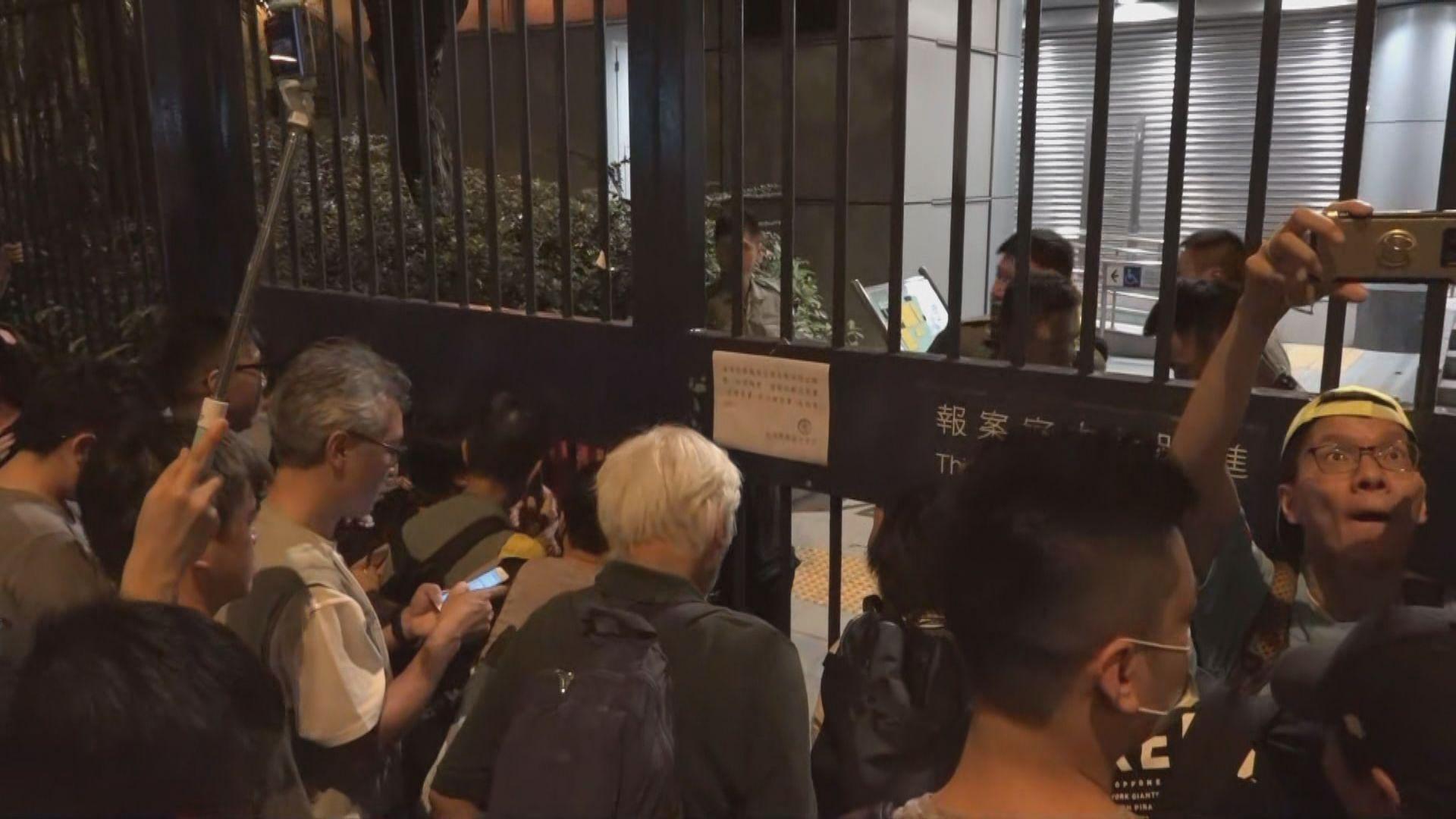 過百人葵涌警署外聲援被控暴動示威者