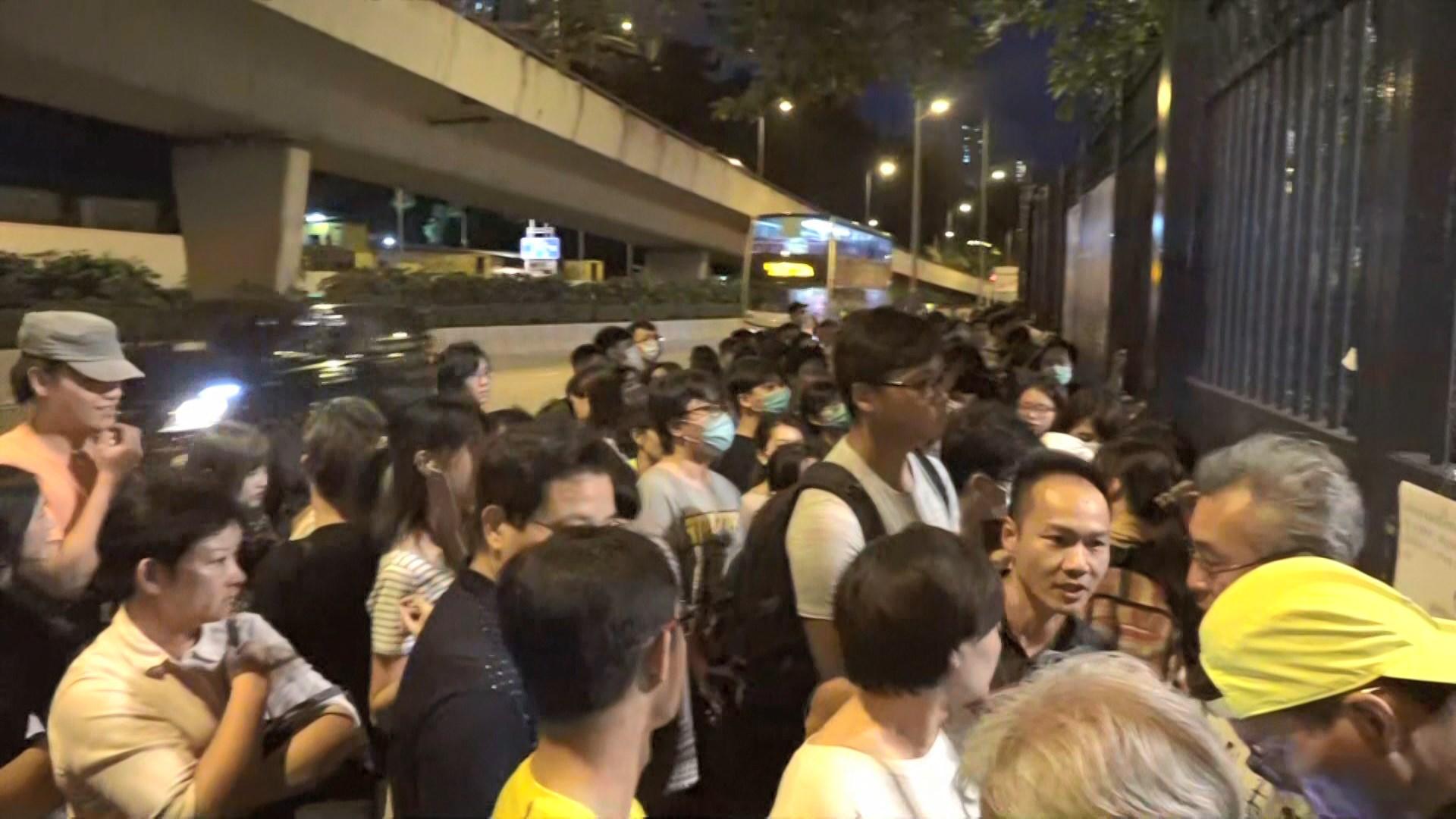 數百人葵涌警署外聲援被控暴動示威者