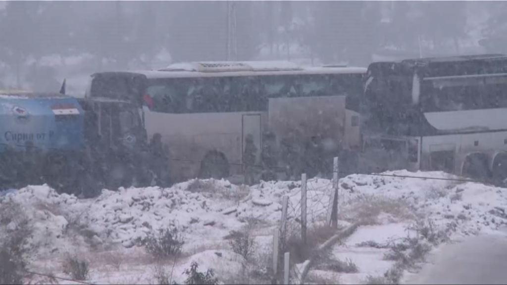 敘利亞阿勒頗戰火 平民冒着風雪陸續撤離