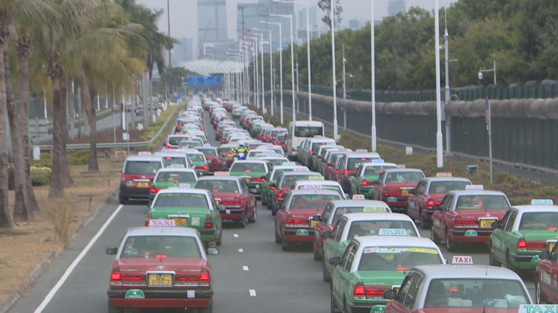 深圳灣口岸早上大批市民過關 出現人龍及車龍