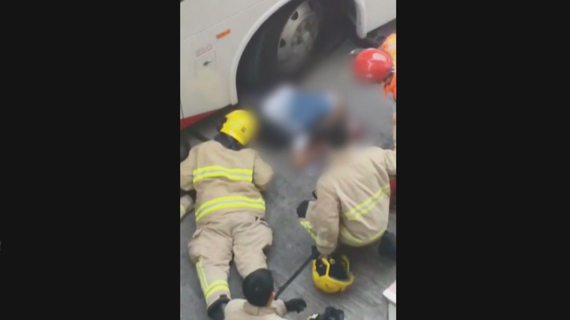 香港仔老翁被校巴撞倒壓車底重傷