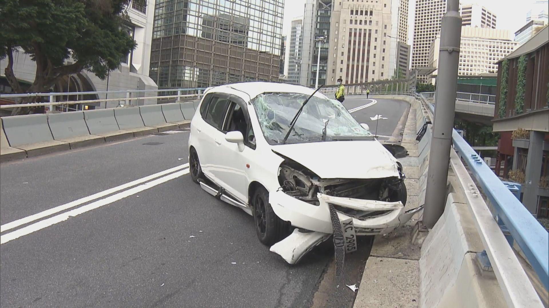 私家車中環撞壆 兩人受傷送院