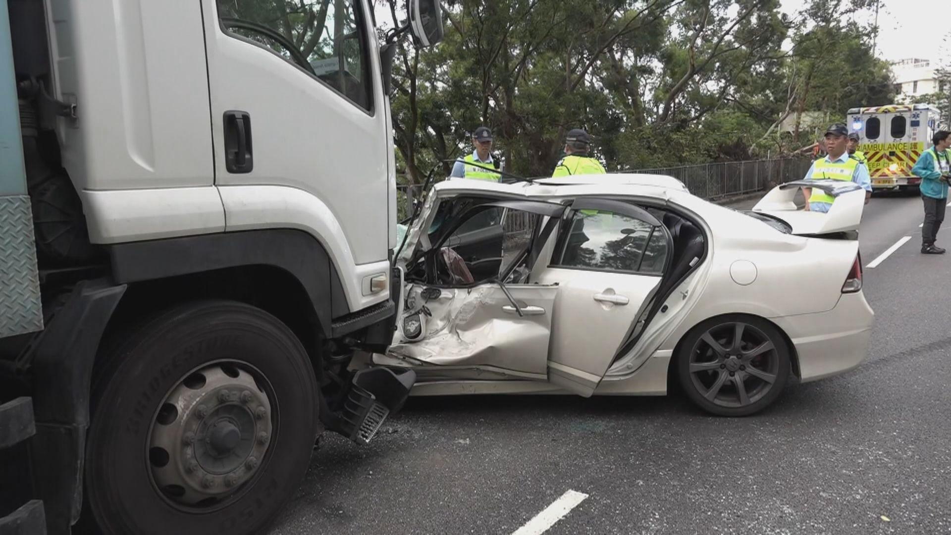 長沙灣兩車相撞三人傷