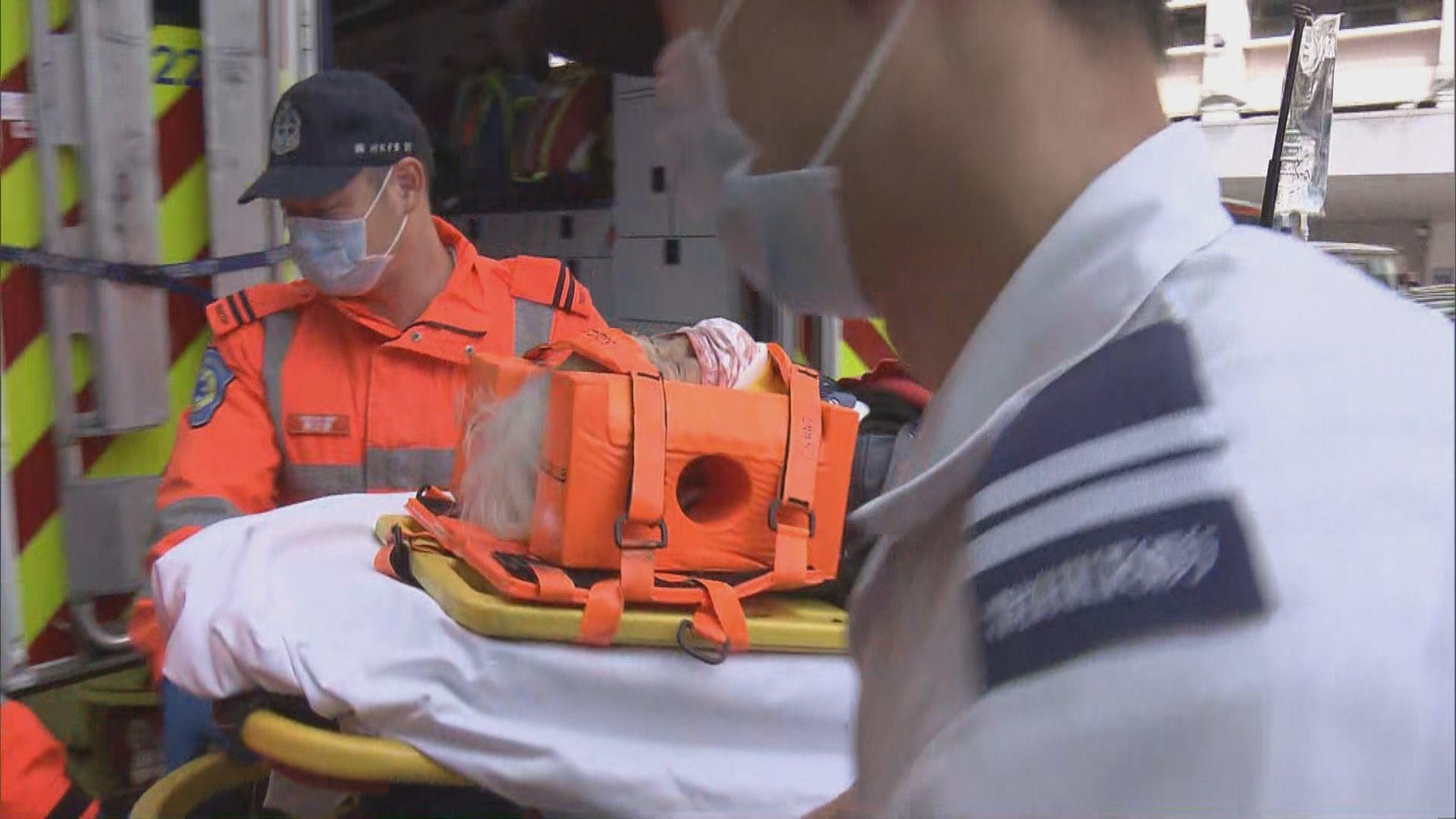 長沙灣老婦遭客貨車撞倒重傷送院