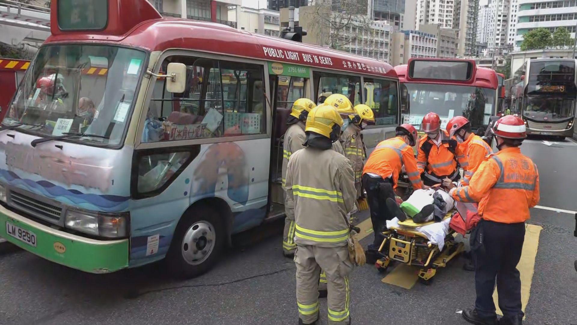 培正道兩小巴相撞 最少十人受傷