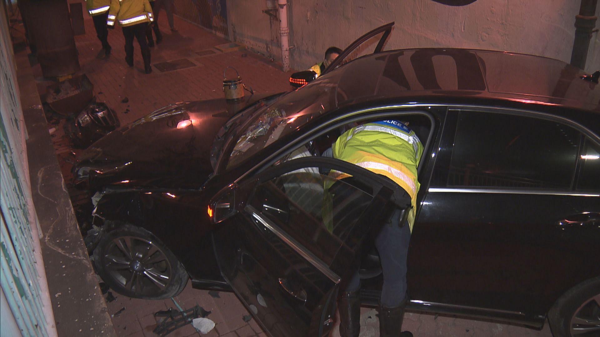 葵涌私家車撞欄墮斜坡司機涉醉駕被捕