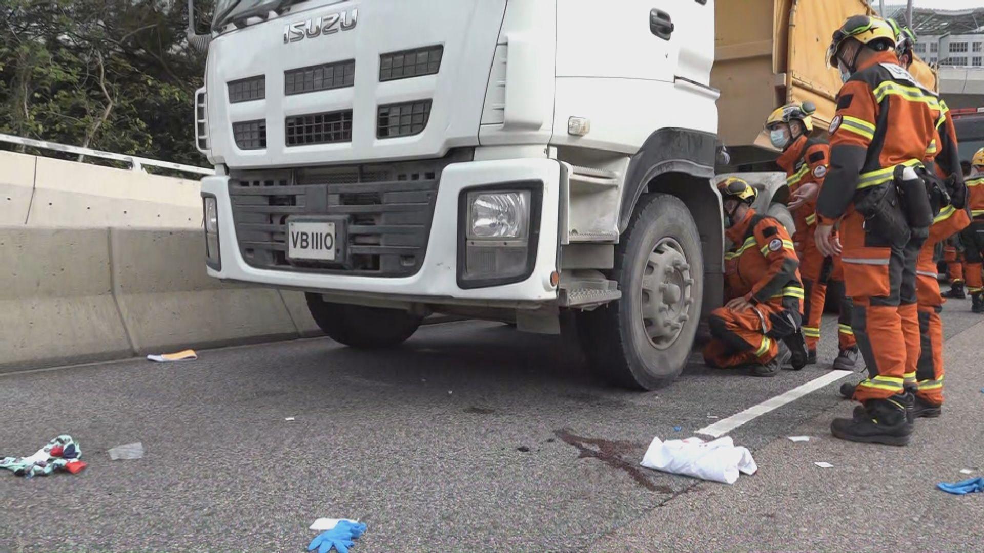 九龍灣電單車與泥頭車相撞 電單車司機受傷送院