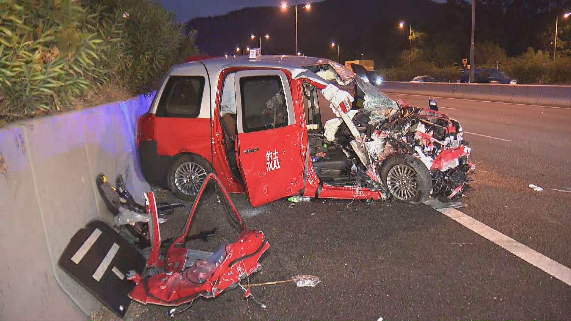大嶼山有的士撞工程車至少兩傷