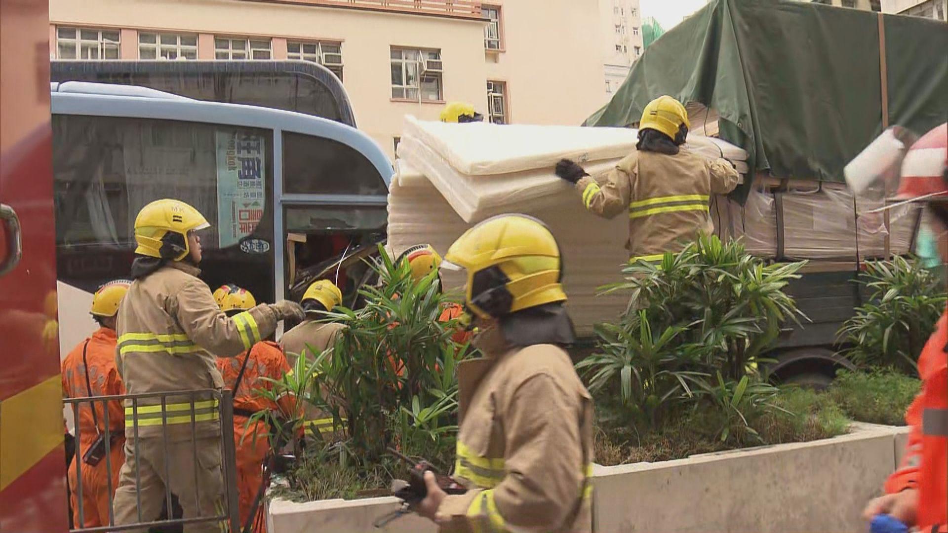 旺角旅遊巴與貨車相撞三人傷