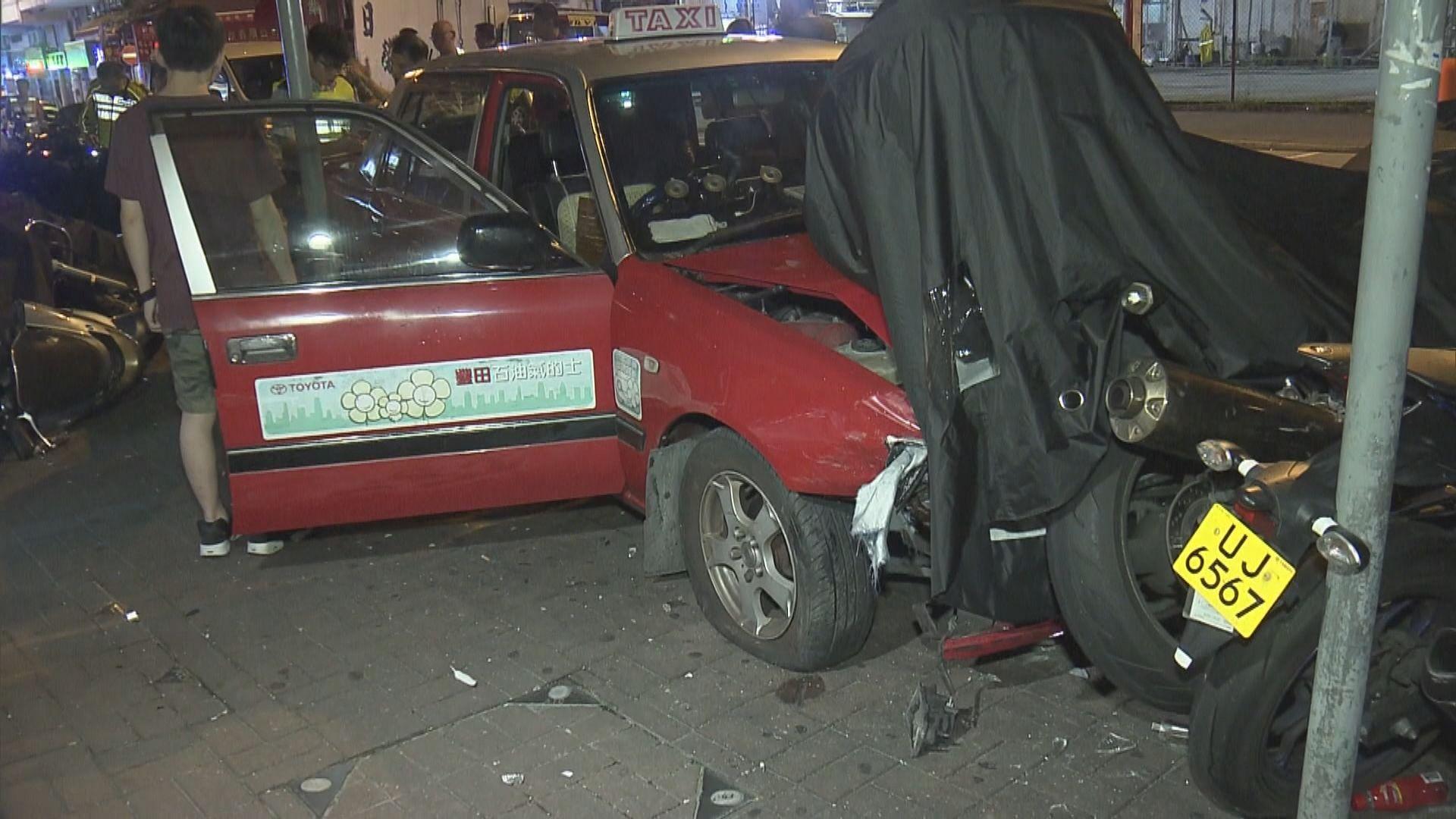 的士失事先後撞向私家車及十多輛電單車