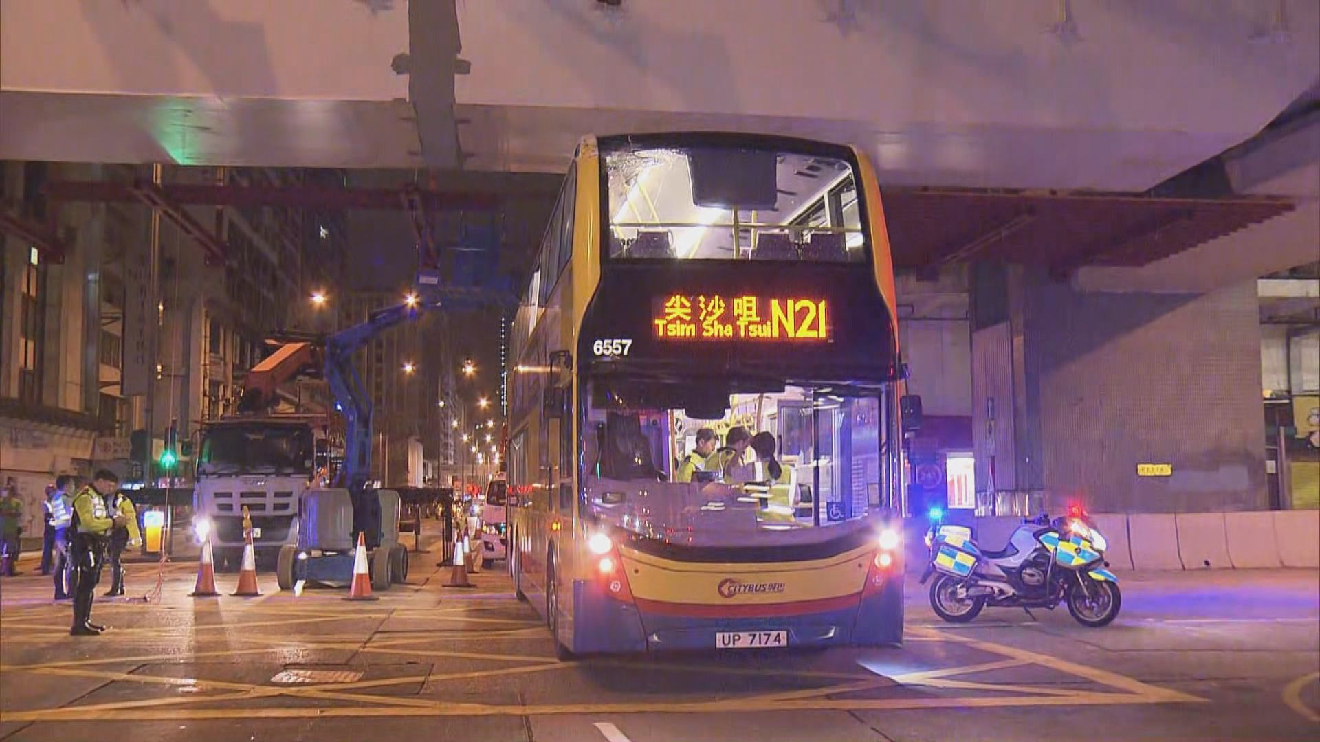 旺角雙層巴士撞工作平台 兩工人輕傷