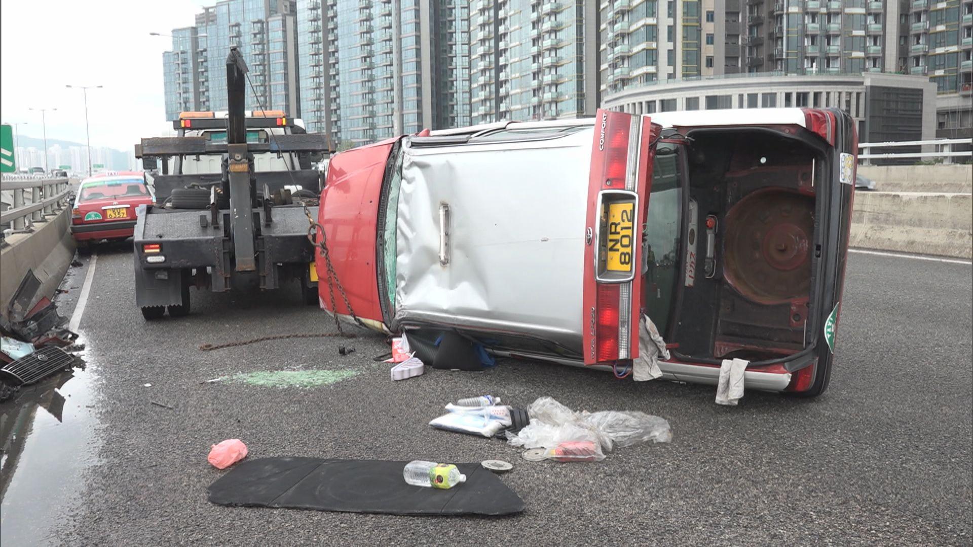 東廊兩的士相撞 兩司機受傷
