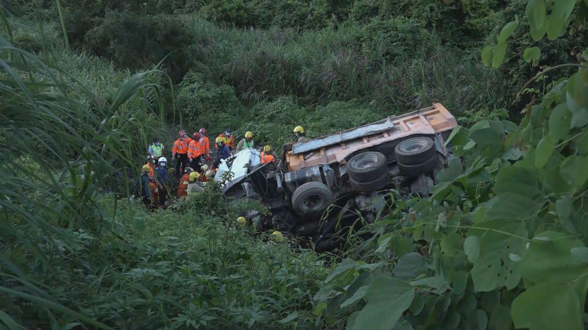 泥頭車八鄉失控衝落山坡 司機昏迷被困