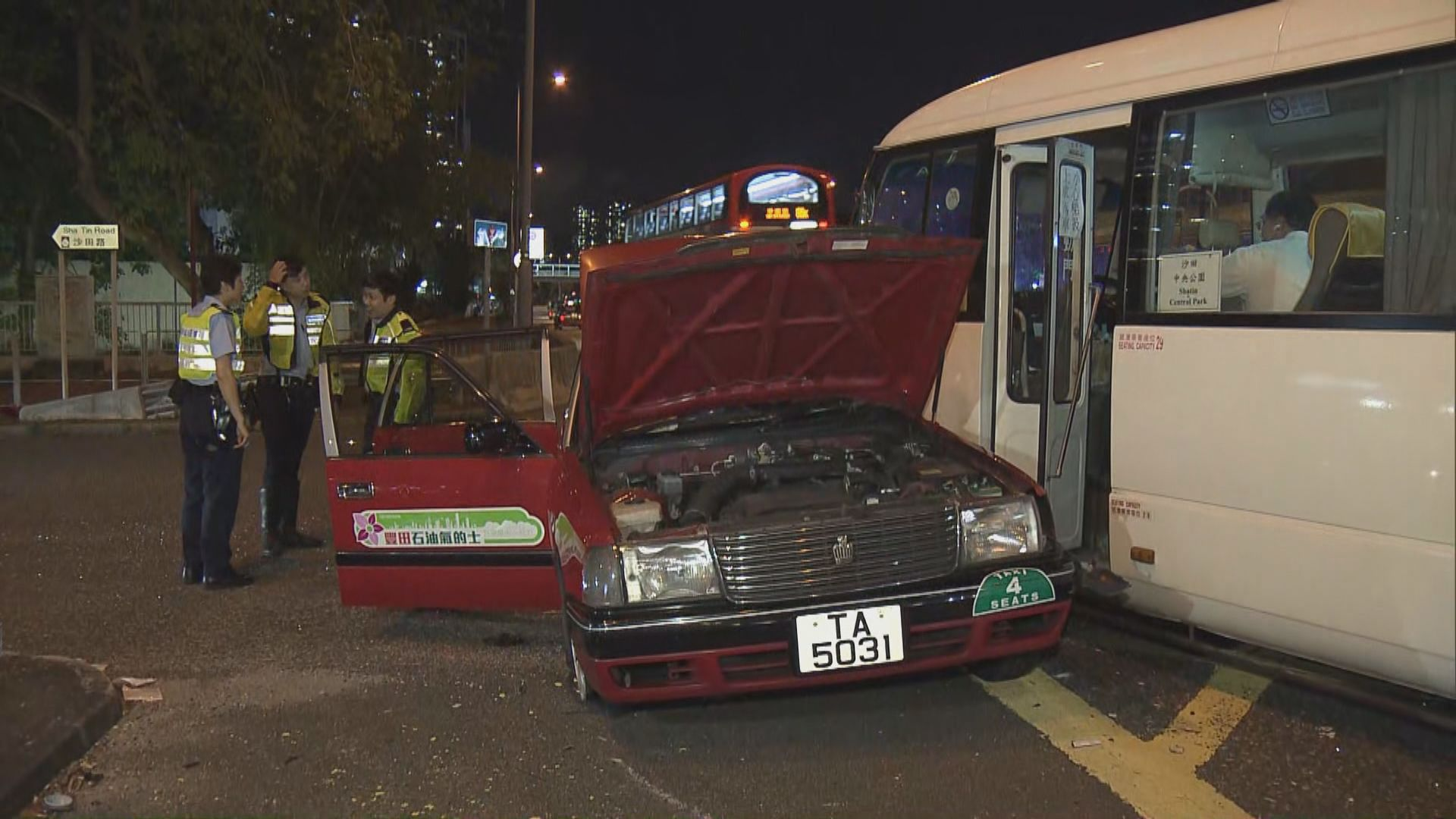 沙田的士與屋苑穿梭巴士相撞 一死一傷