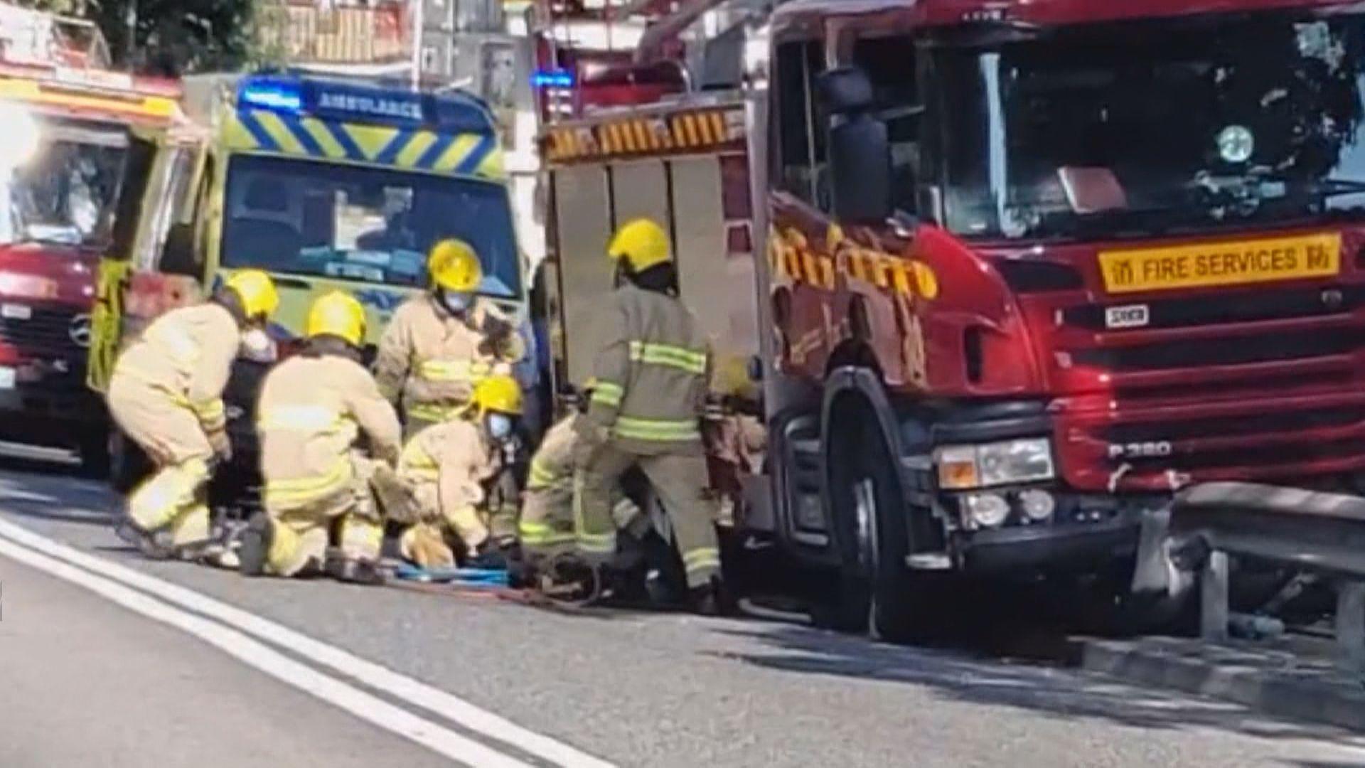 西貢公路消防車疑失控撞單車及私家車