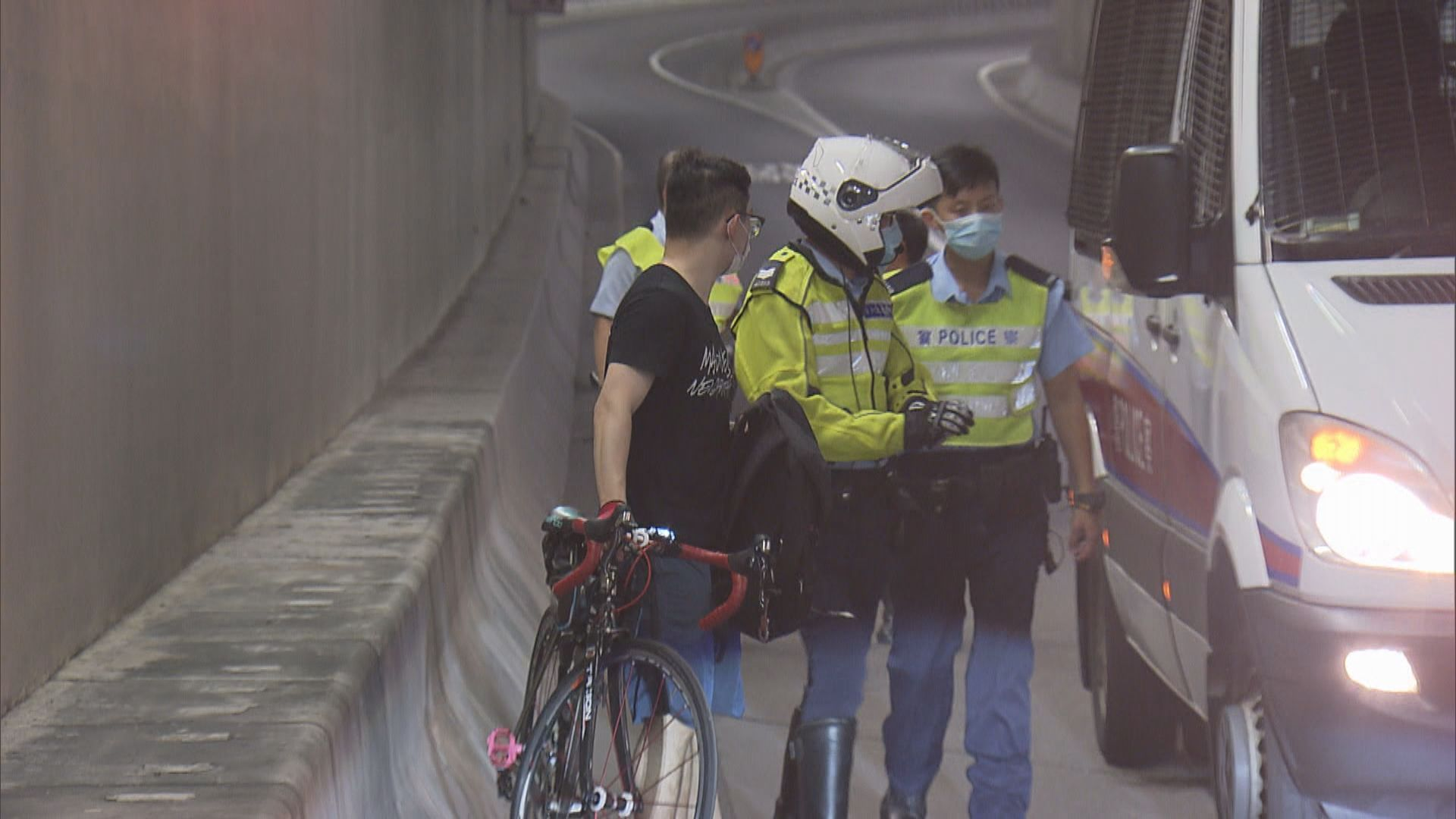 新蒲崗踏單車漢失事撞壆傷