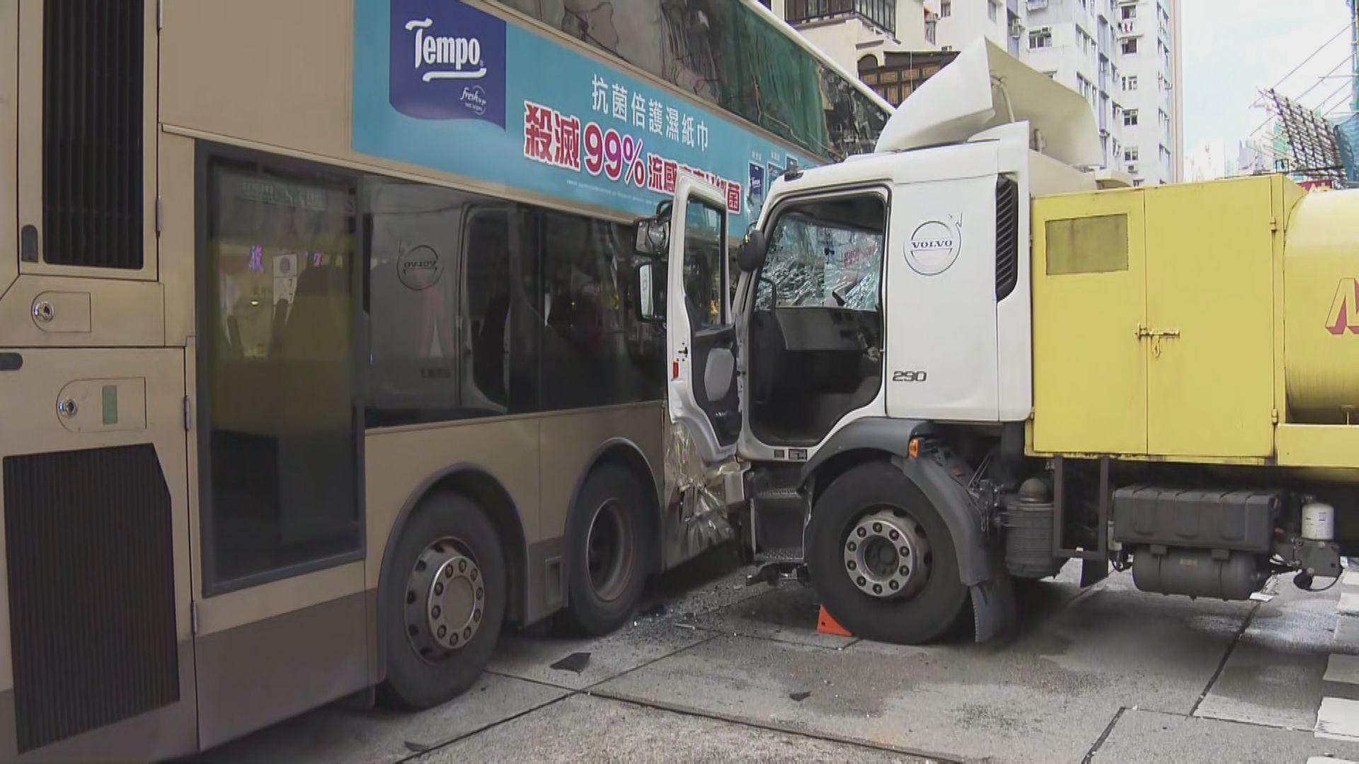深水埗巴士及洗街車相撞 22人受傷