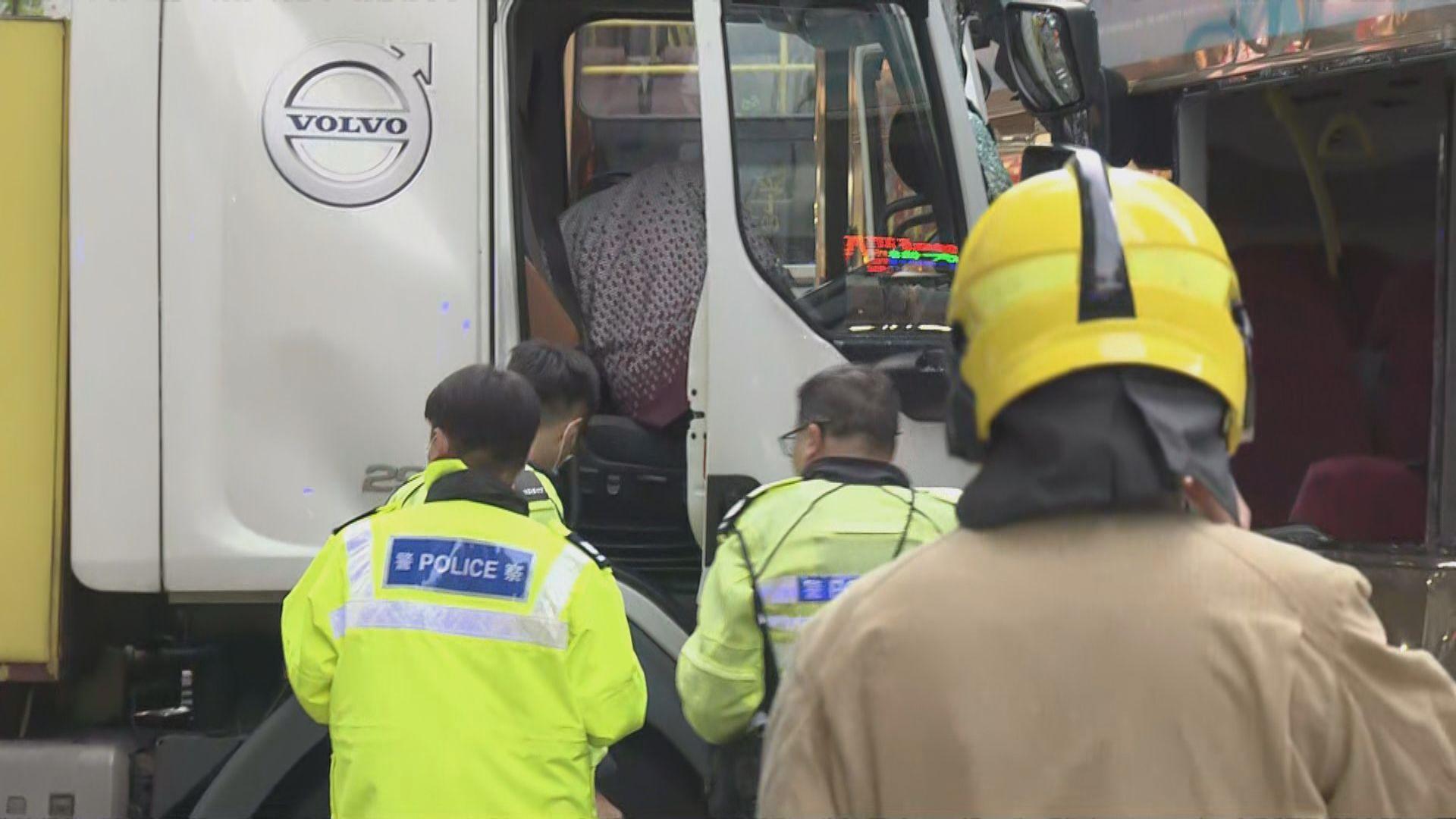 深水埗巴士及洗街車相撞 洗街車司機涉嫌危險駕駛被捕