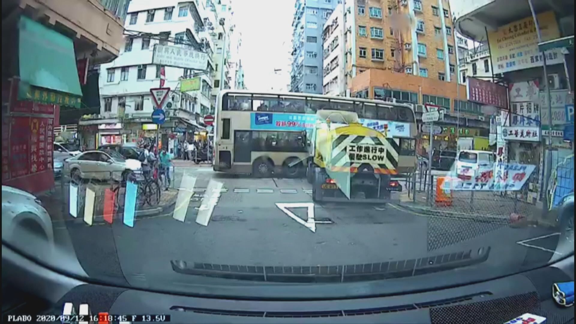 深水埗洗街車攔腰撞巴士 巴士右邊中間車身凹陷