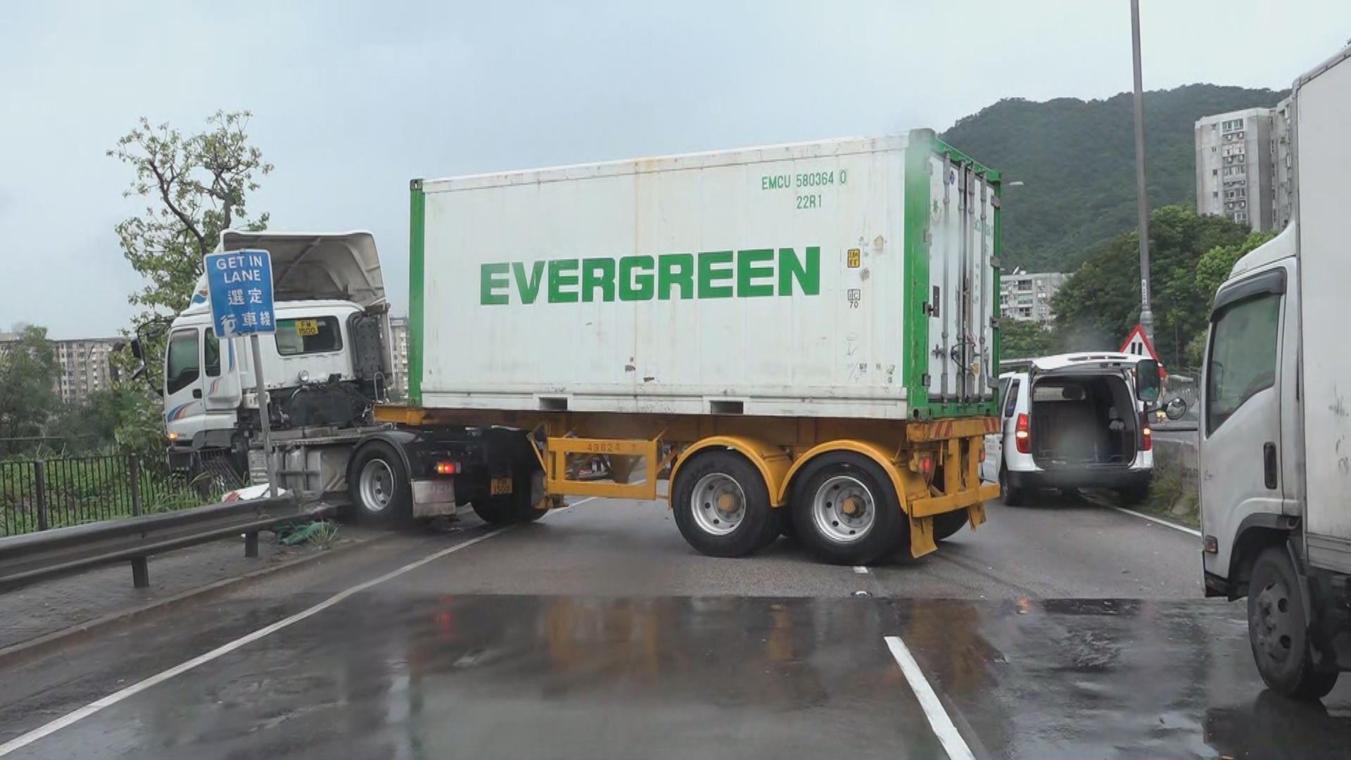 龍翔道貨櫃車私家車相撞兩人傷 往荃灣方向全封