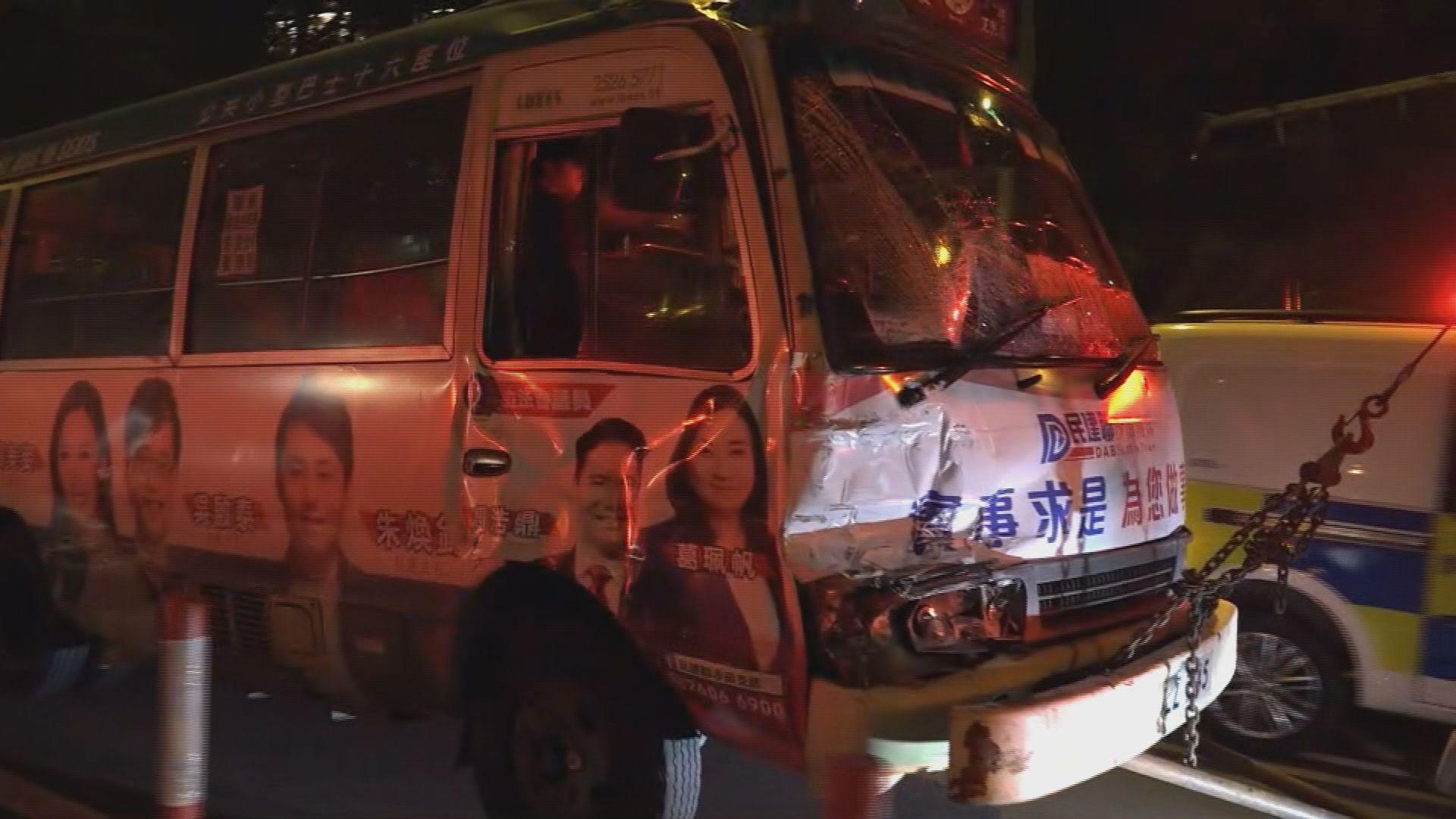 火炭巴士與小巴相撞九人傷