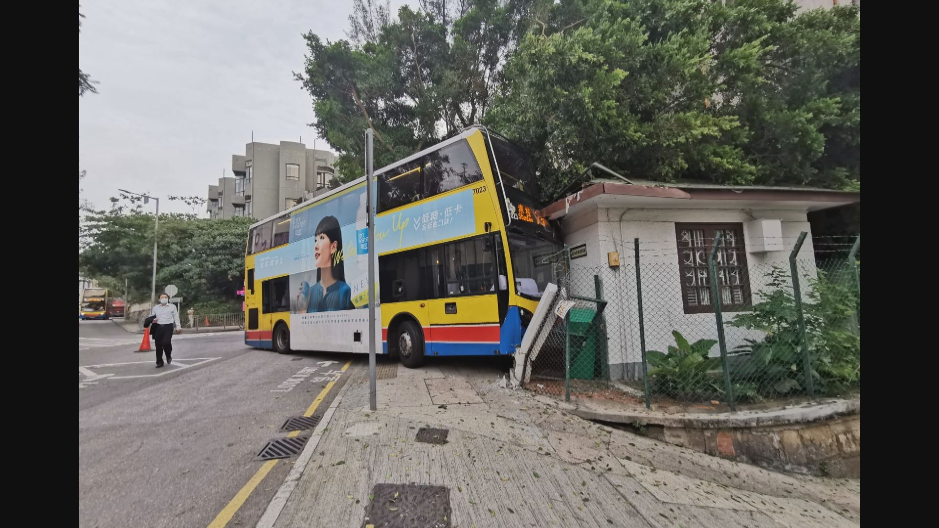 巴士撞倒電單車並撞毀赤柱郵局屋頂 一人傷